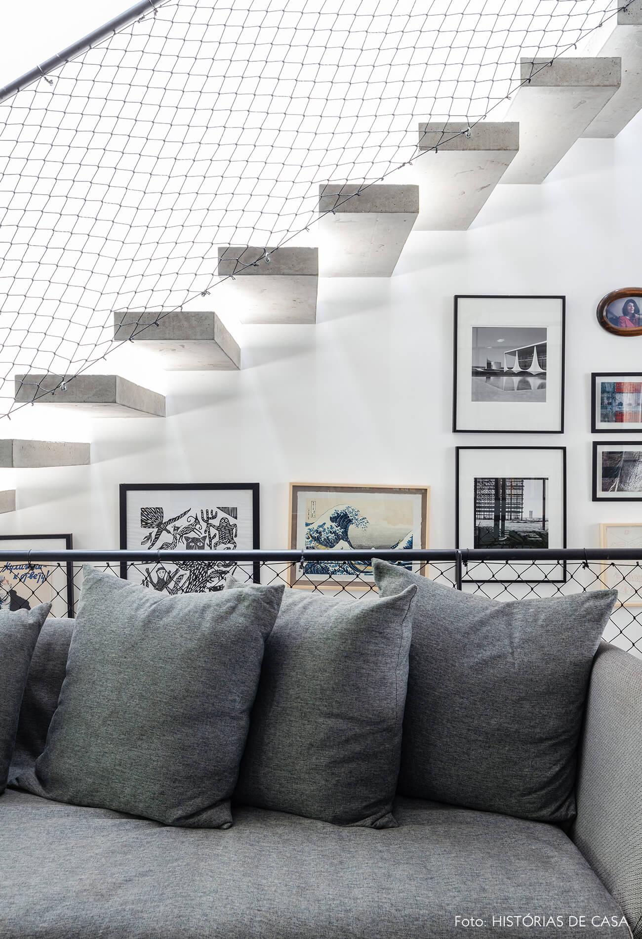 decoração casa sala com sofá cinza e escada de concreto