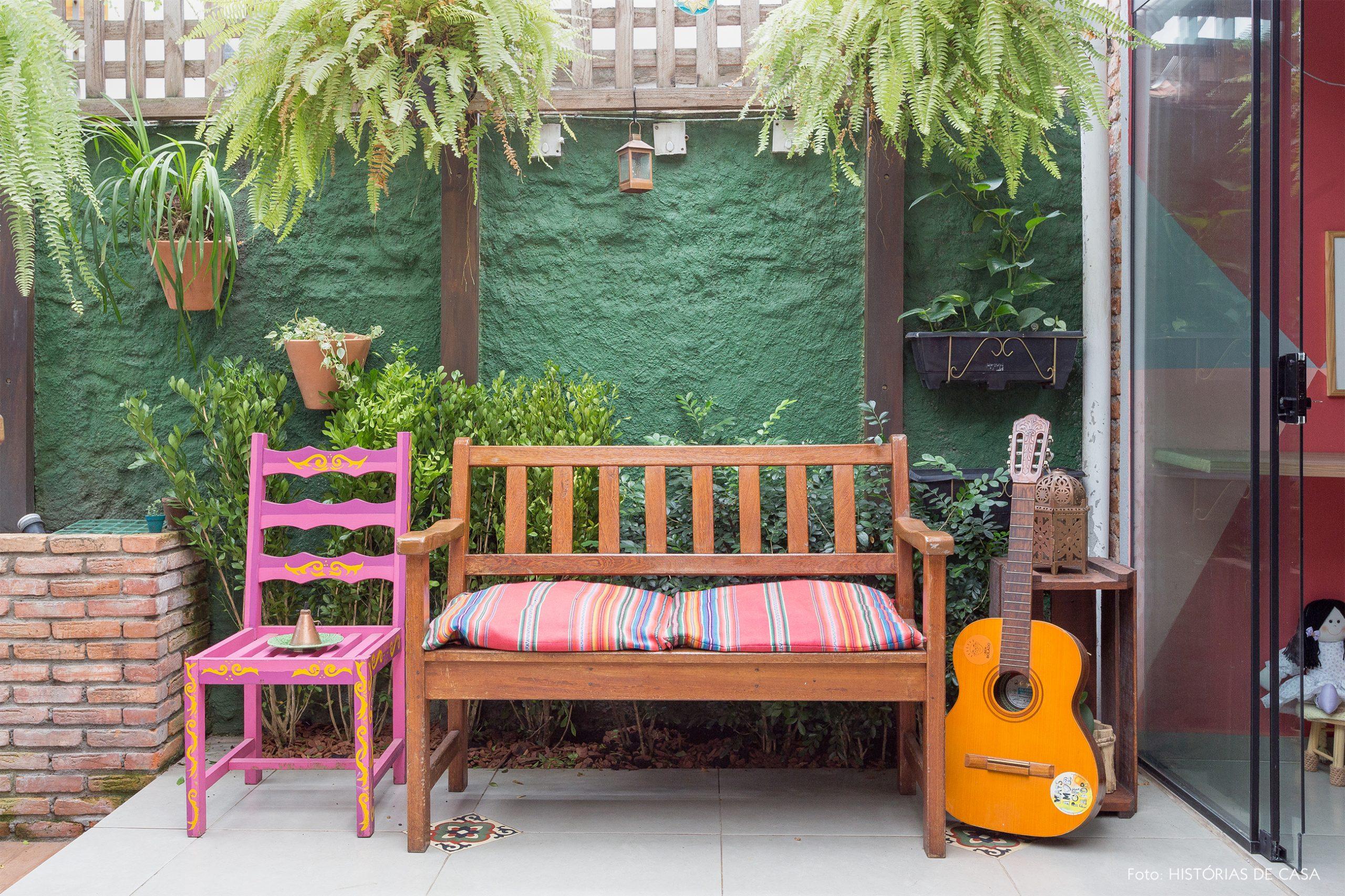casa decoração jardim com parede verde cadeira rosa