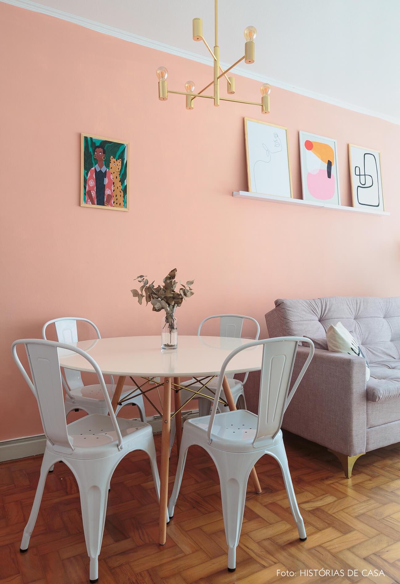 decoração ape alugado sala com parede rosa, cadeira tolix e mesa eames