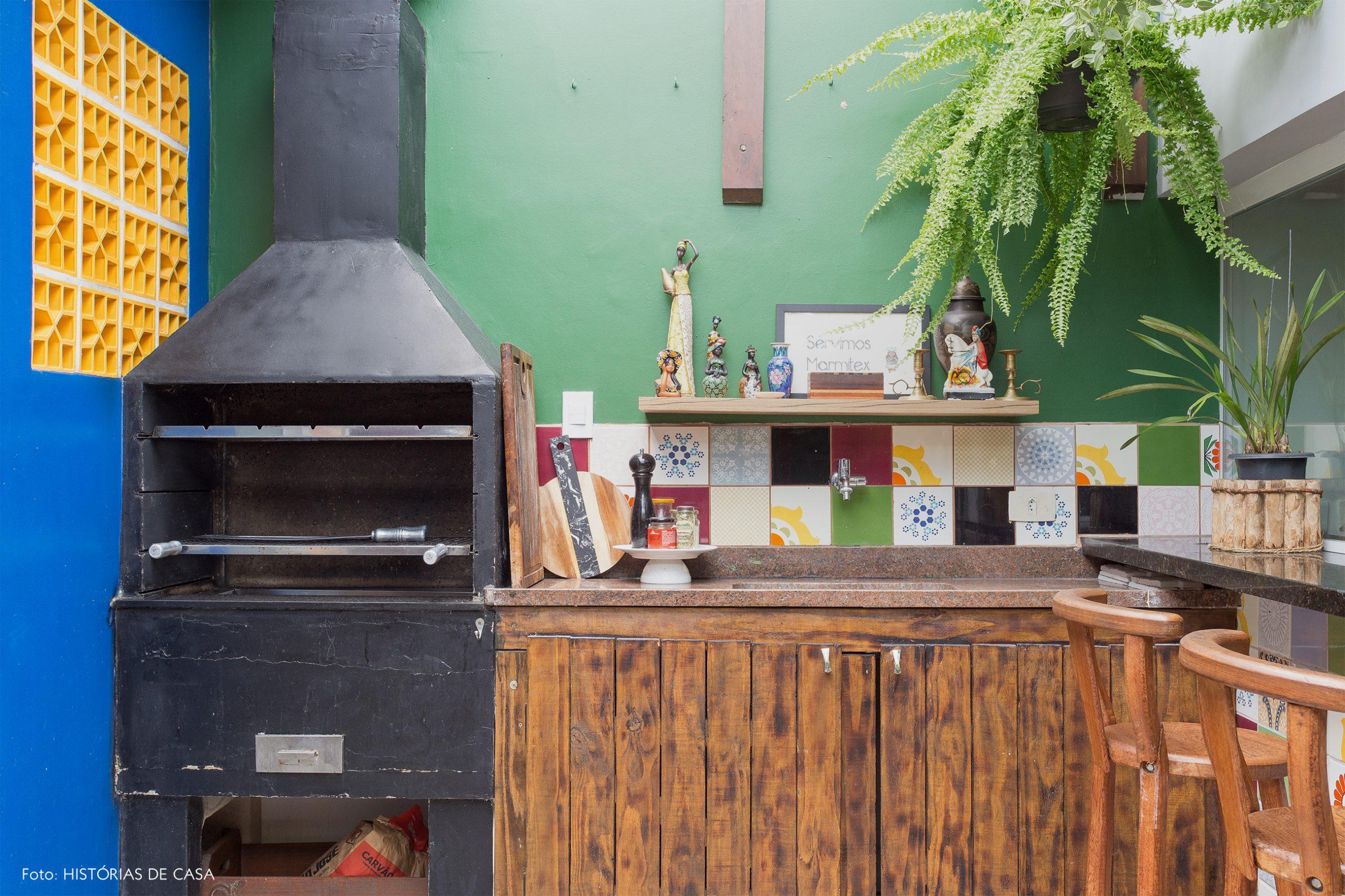 casa decoração jardim com parede verde e azul churrasqueira