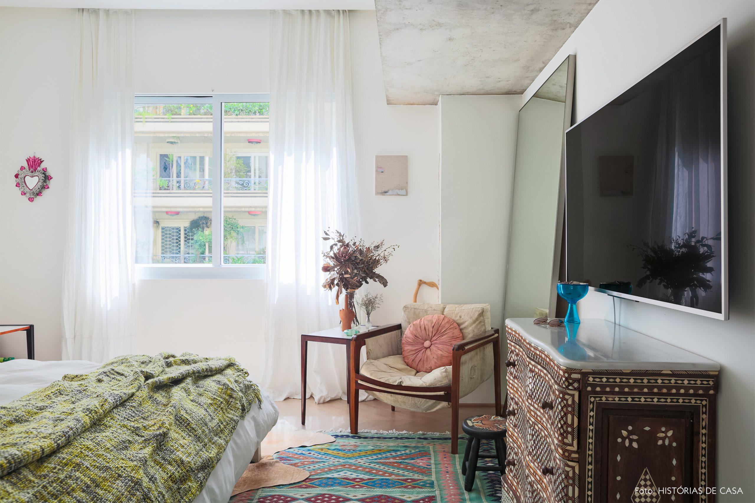 decoração ap quarto com poltrona de madeira e comoda marchetaria