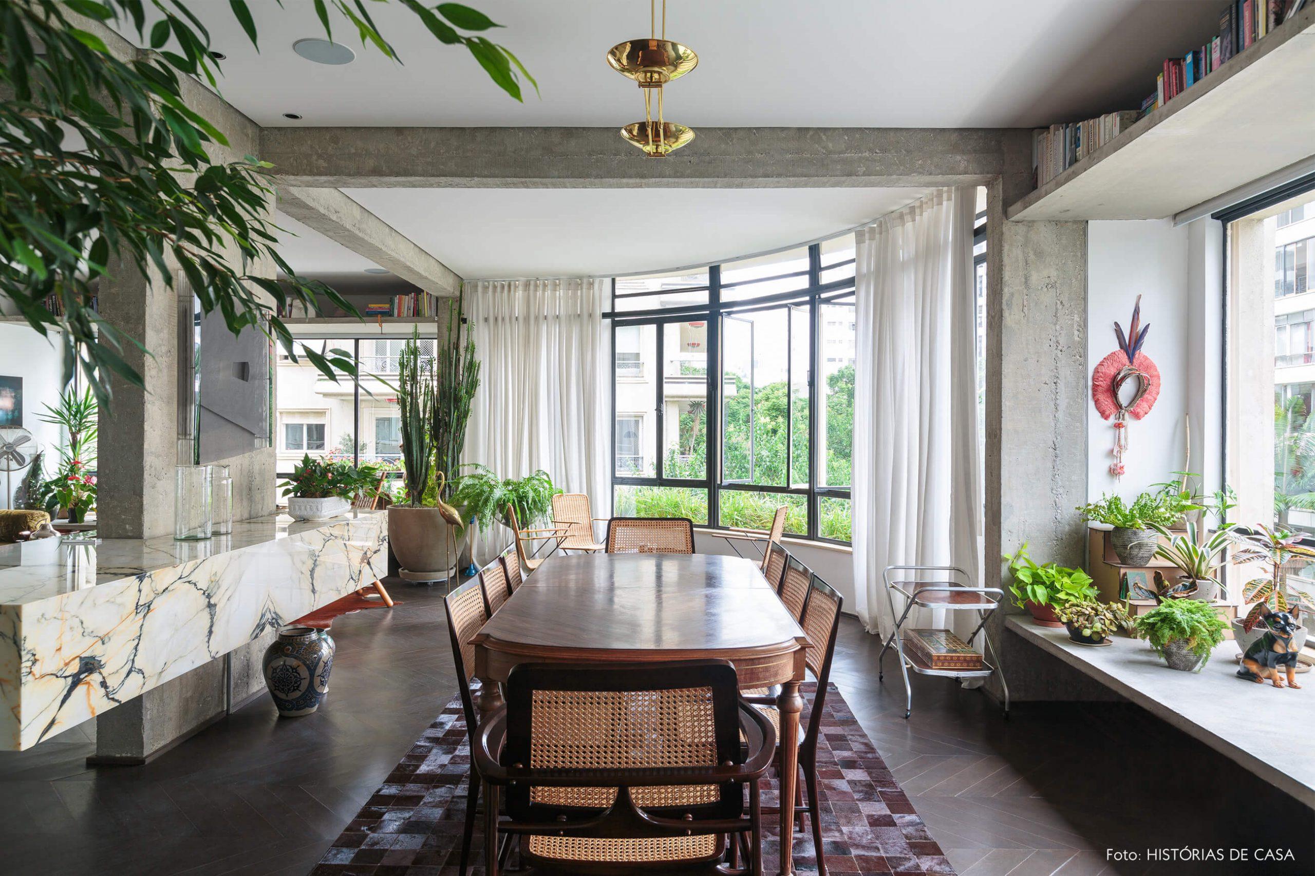 decoração ap sala jantar com cadeiras de palhinha, bancada de mármore e coluna de concreto