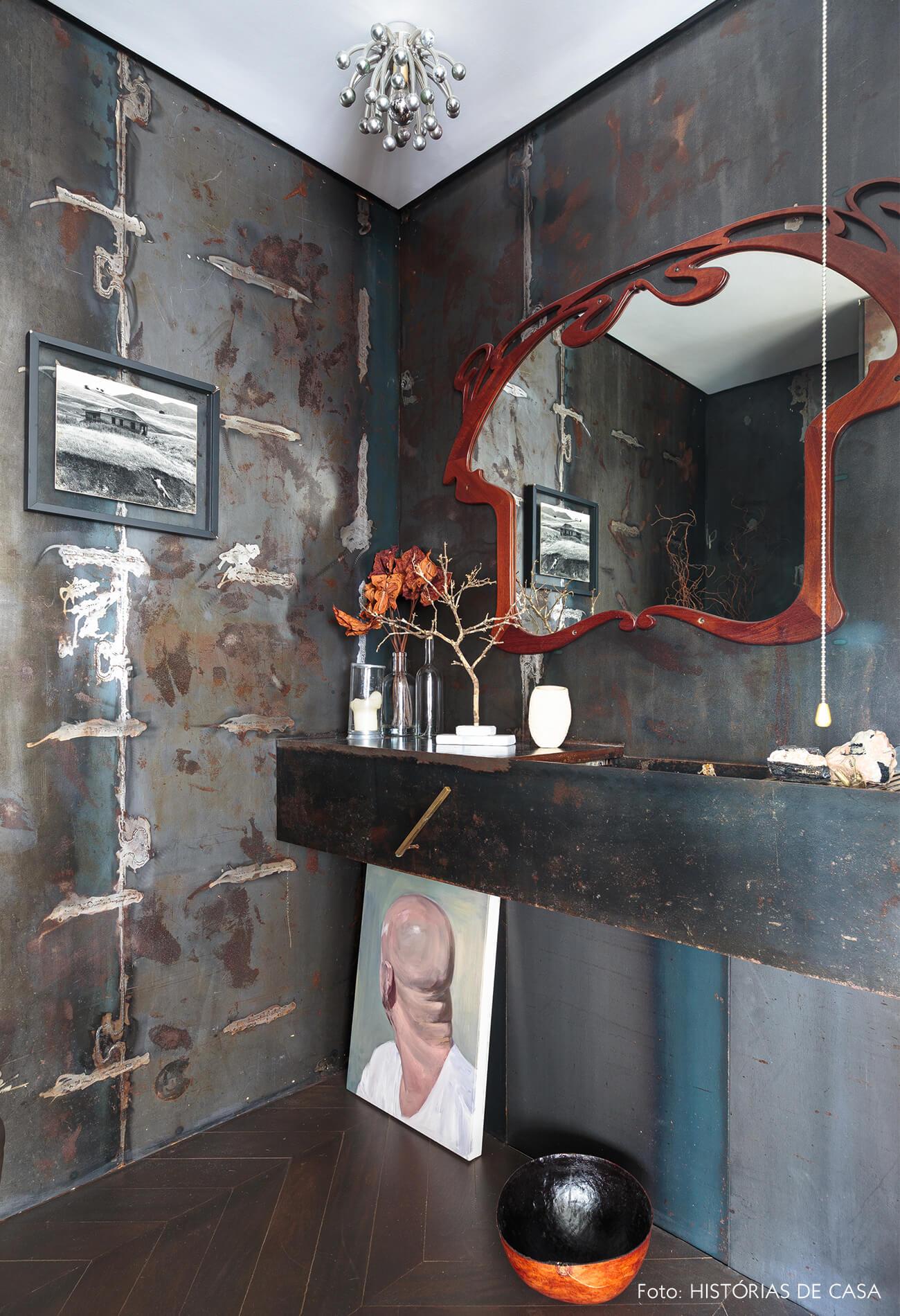 decoração ap lavabo com paredes escuras