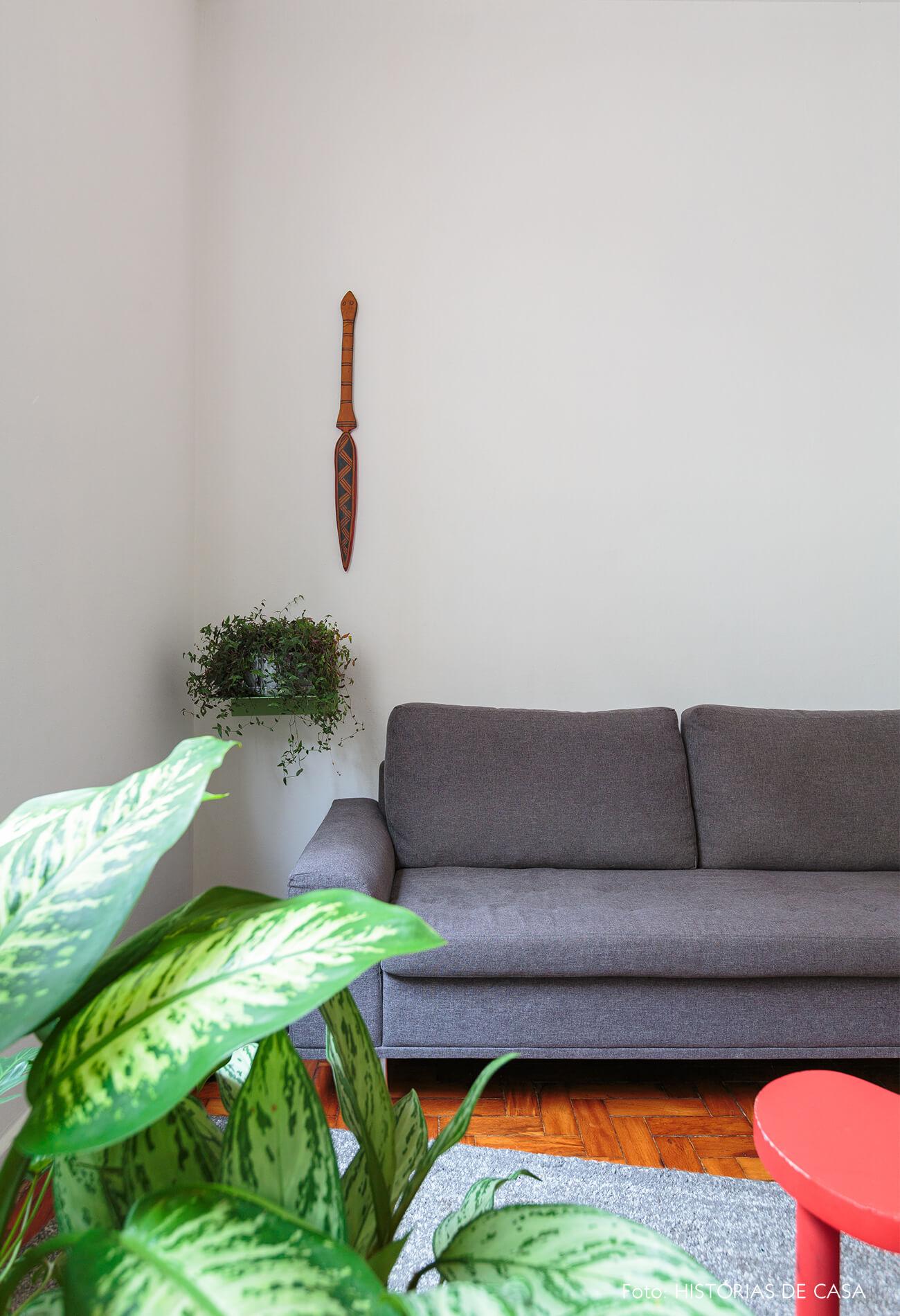 decoração papel de parede antes e depois sala com muitos quadros