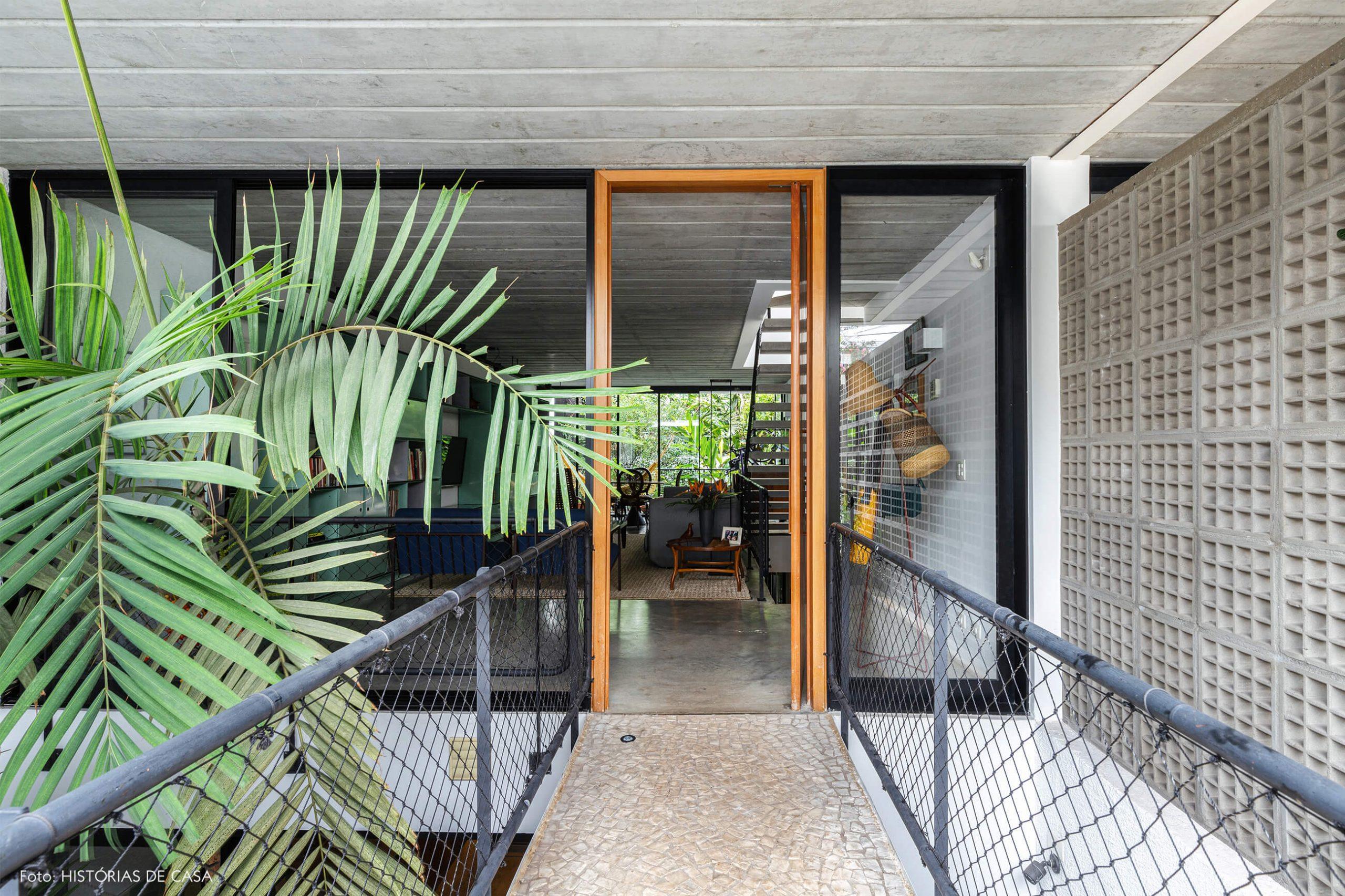 decoração casa hall com plantas e paredes de vidro
