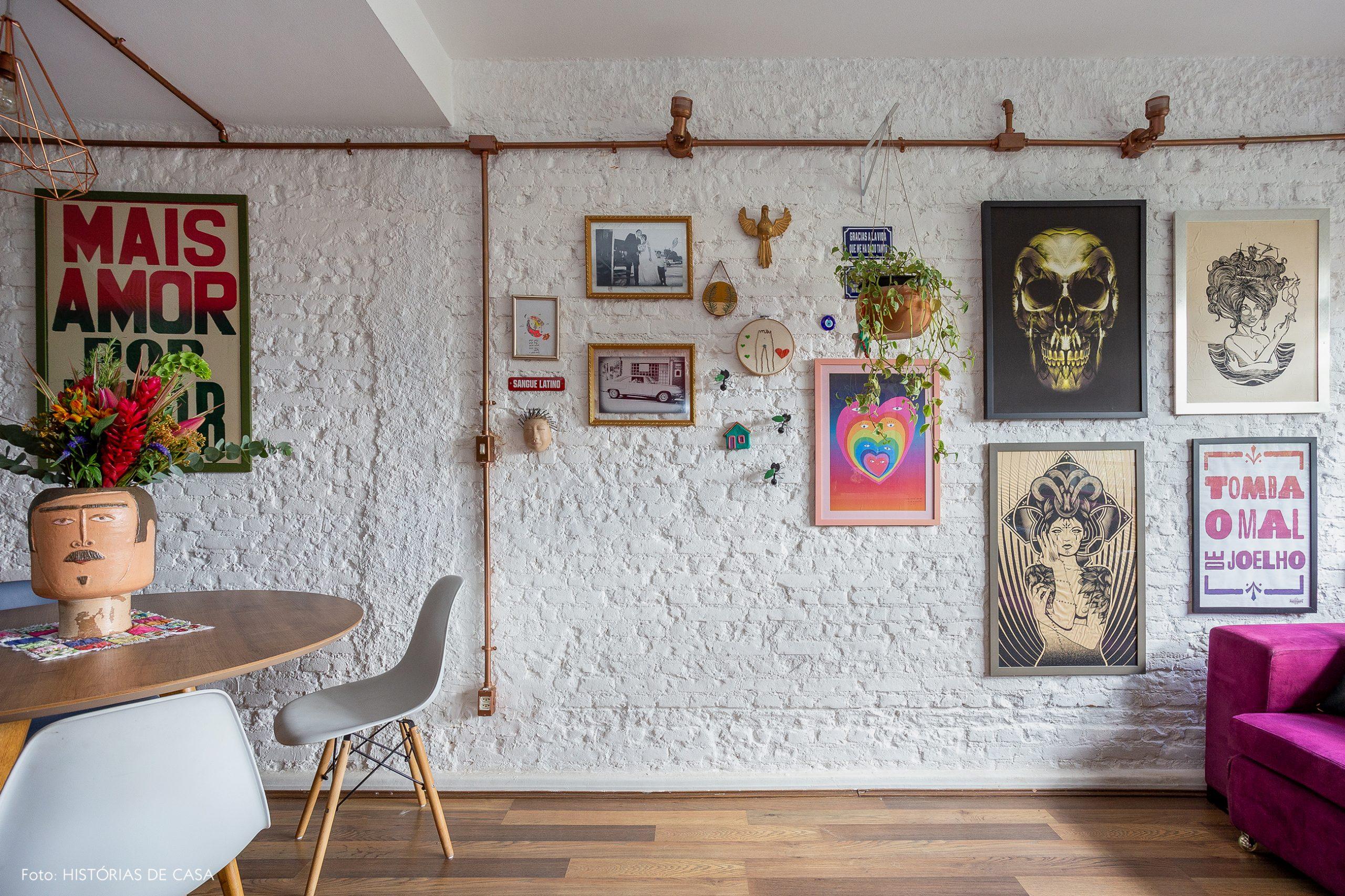 casa decoração sala parede de tijolinhos brancos cadeira eames