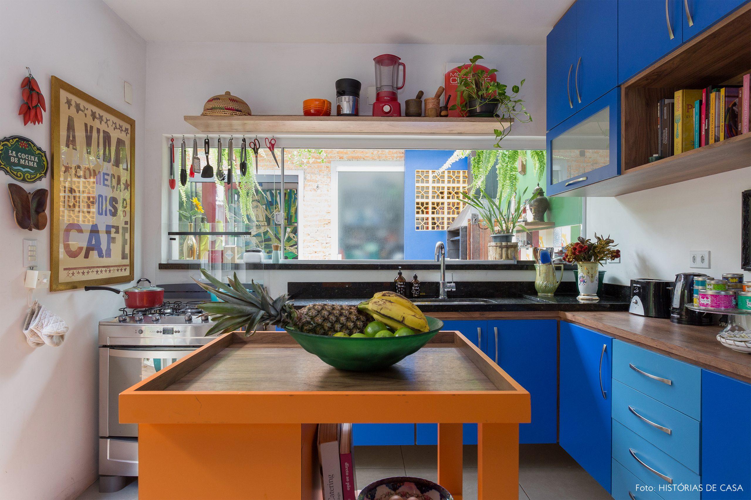 casa decoração cozinha colorido com armarios azuis e bancada laranja