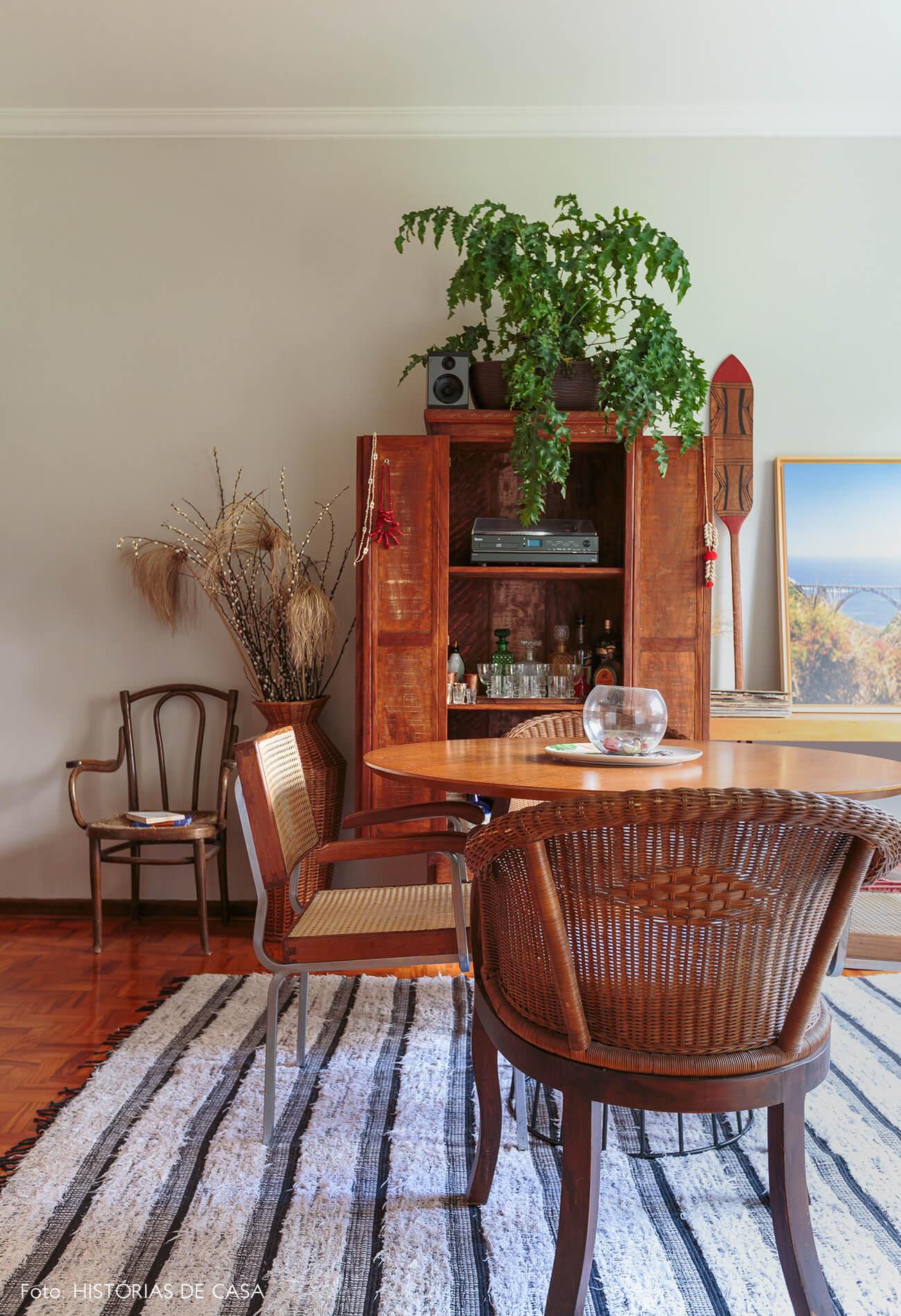 decoração sala jantar com cadeiras de palha e moveis de madeira