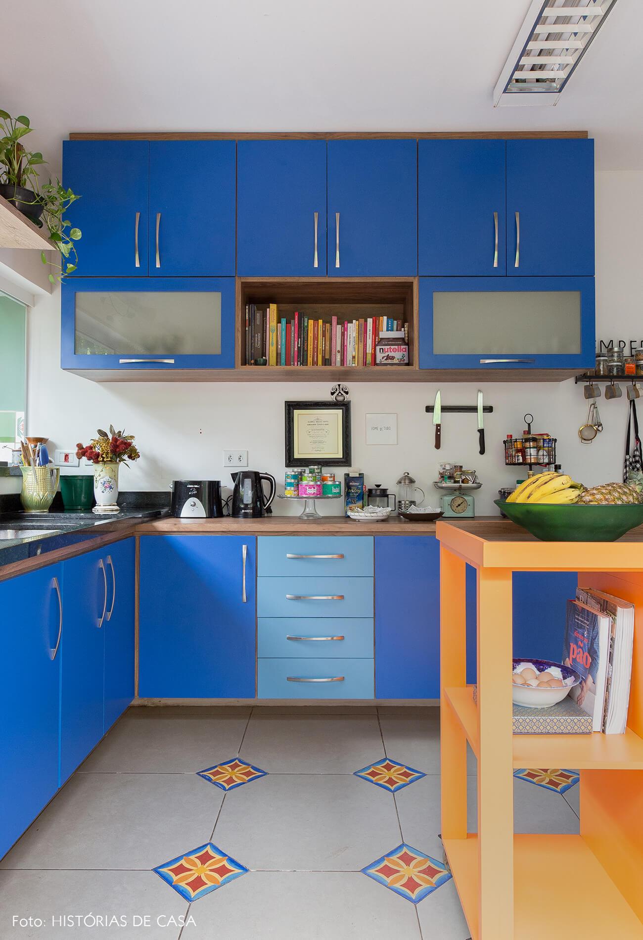 casa decoração cozinha colorida com armarios azuis e bancada laranja