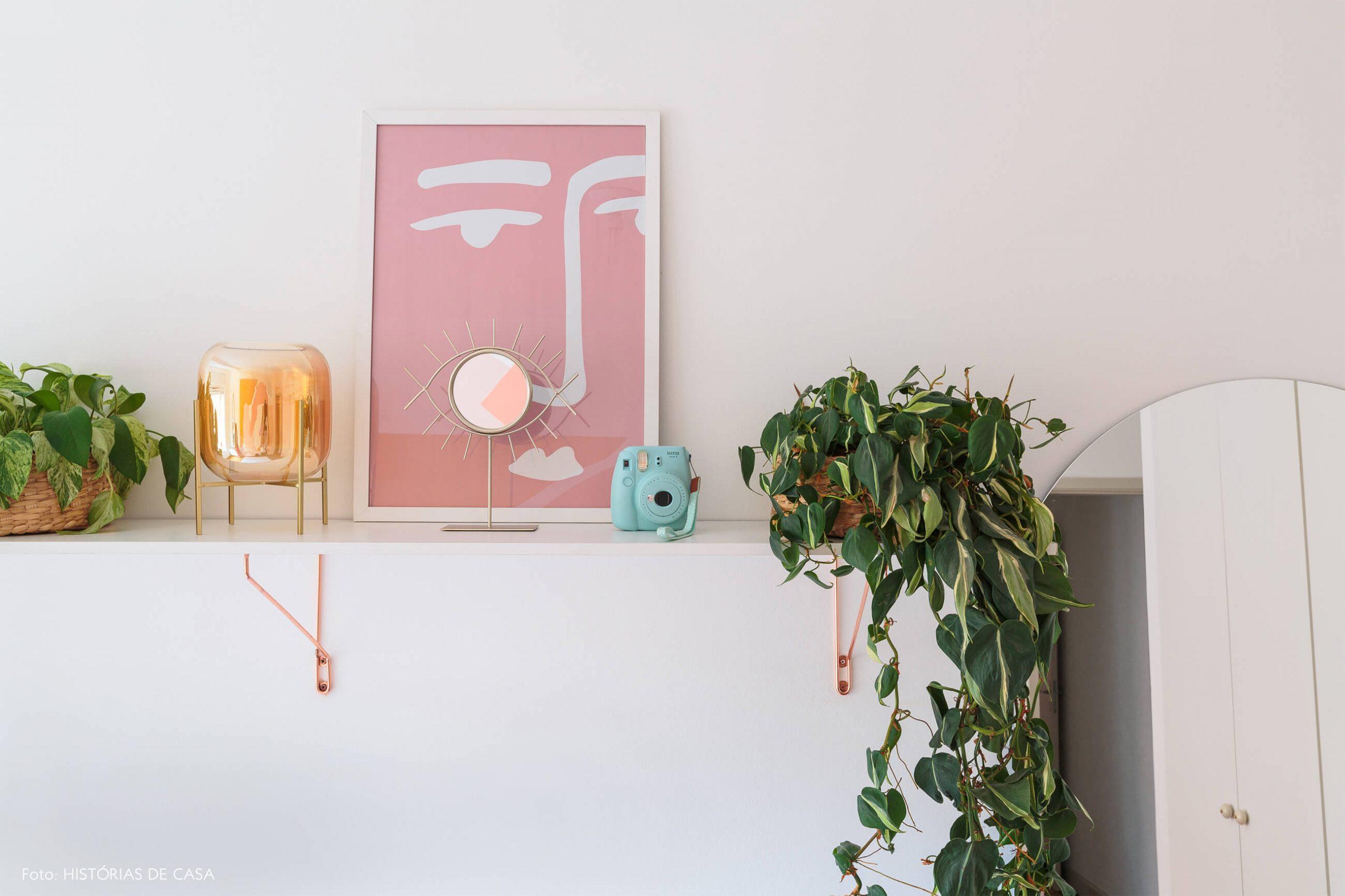 decoração ape alugado quarto com prateleira branca e plantas