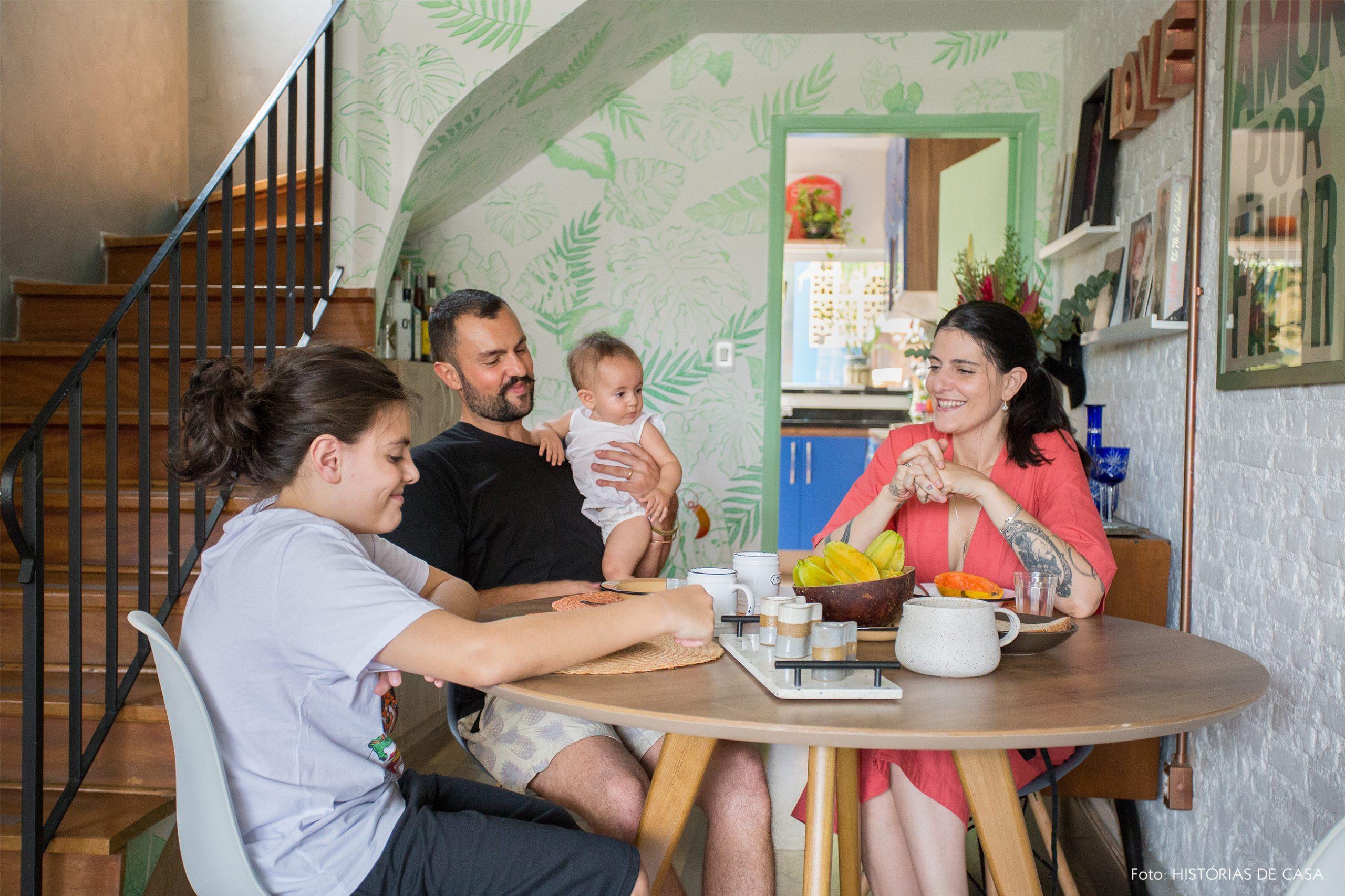 casa decoração retrato familia em mesa jantar