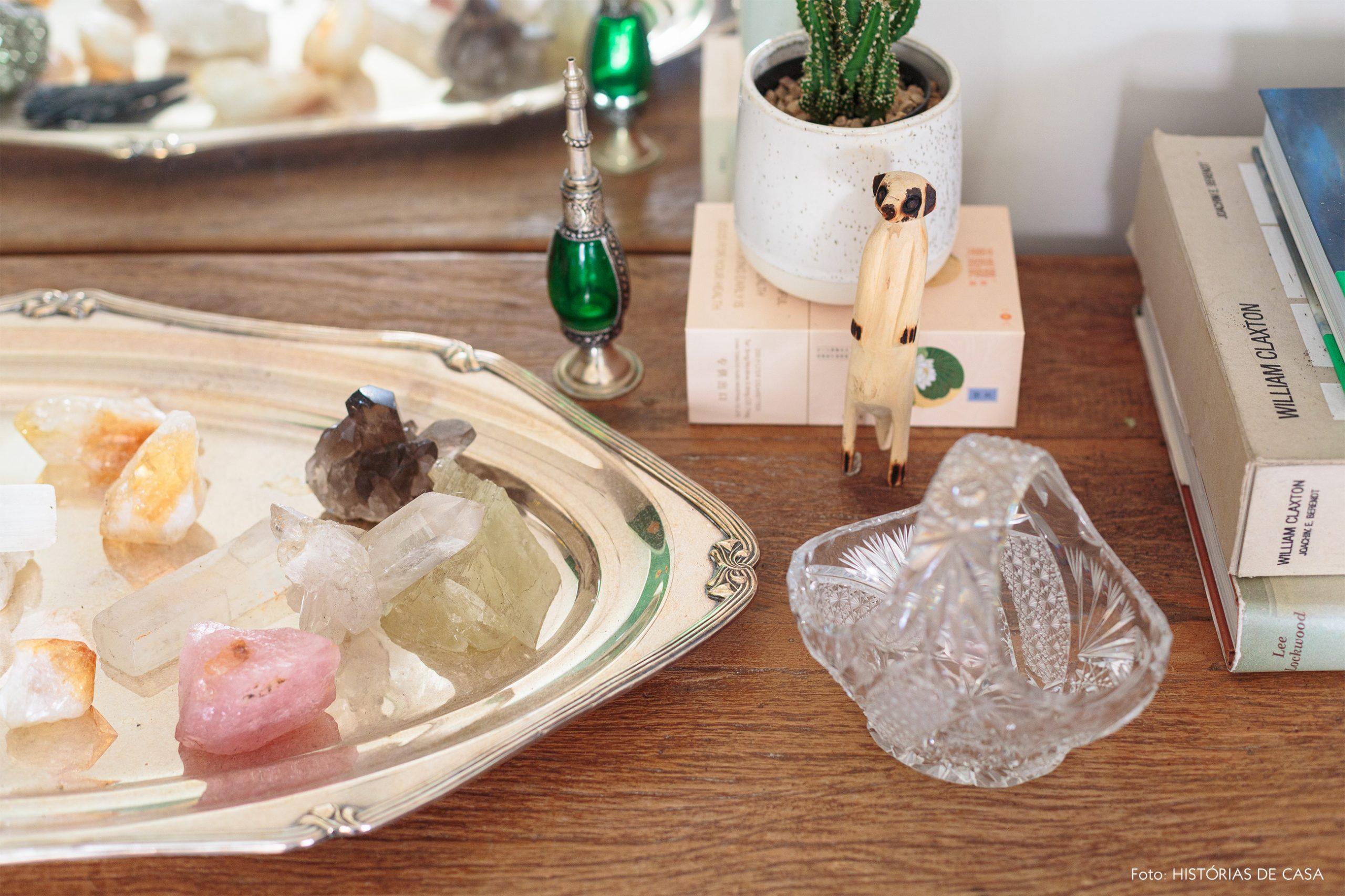 decoração aparador de madeira com bandeja de prata e cristais