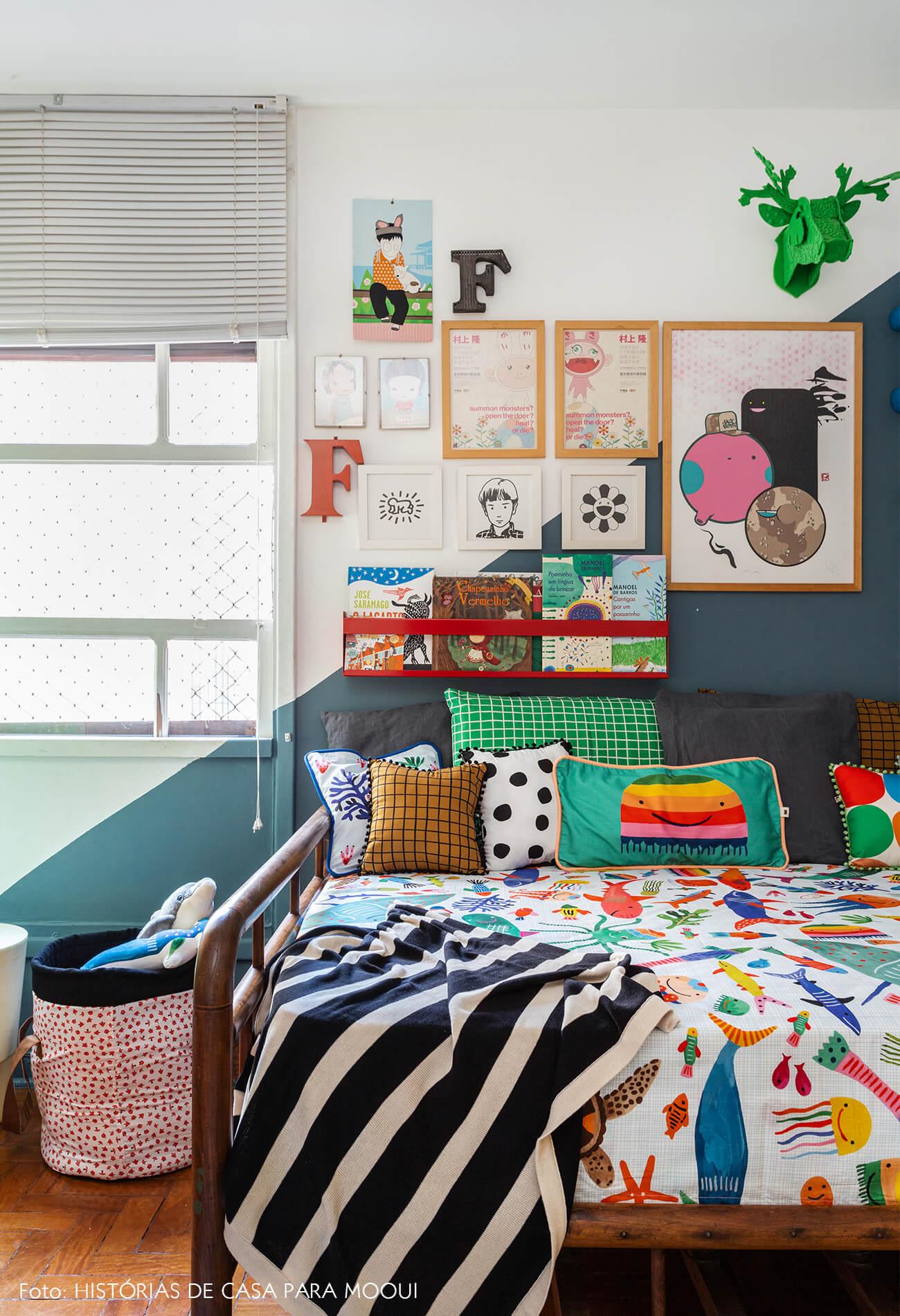 Quarto de criança com parede pintada em diagonal