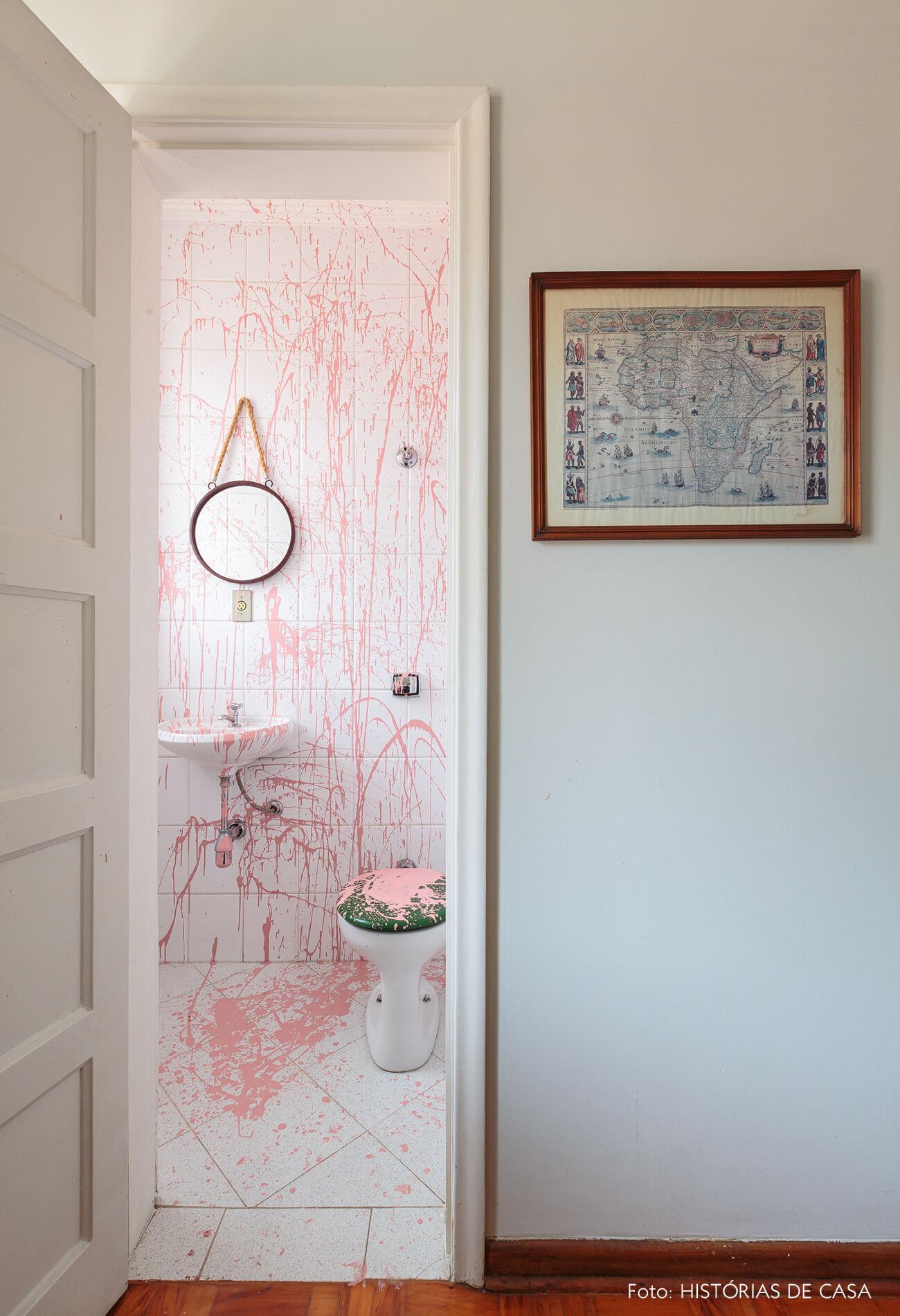 decoração banheiro com pintura de respingos rosa