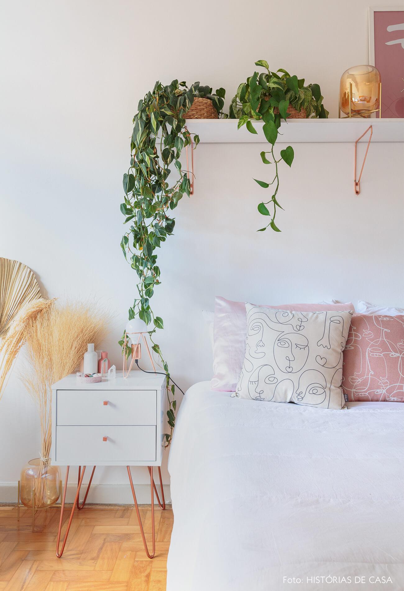 decoração ape alugado quarto com plantas, mesa de cabeceria branca