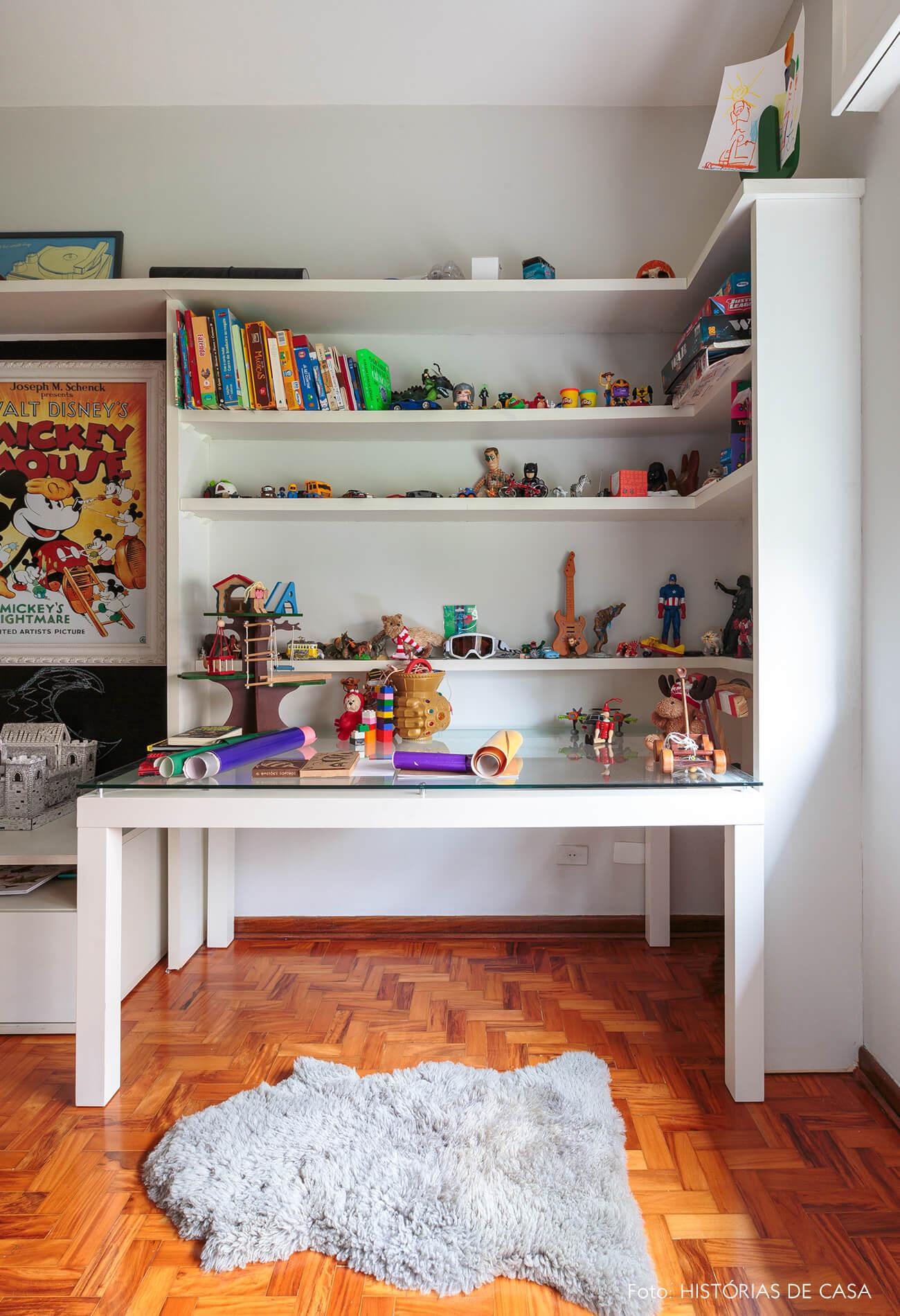 decoração quarto criança com mesa e estante branca