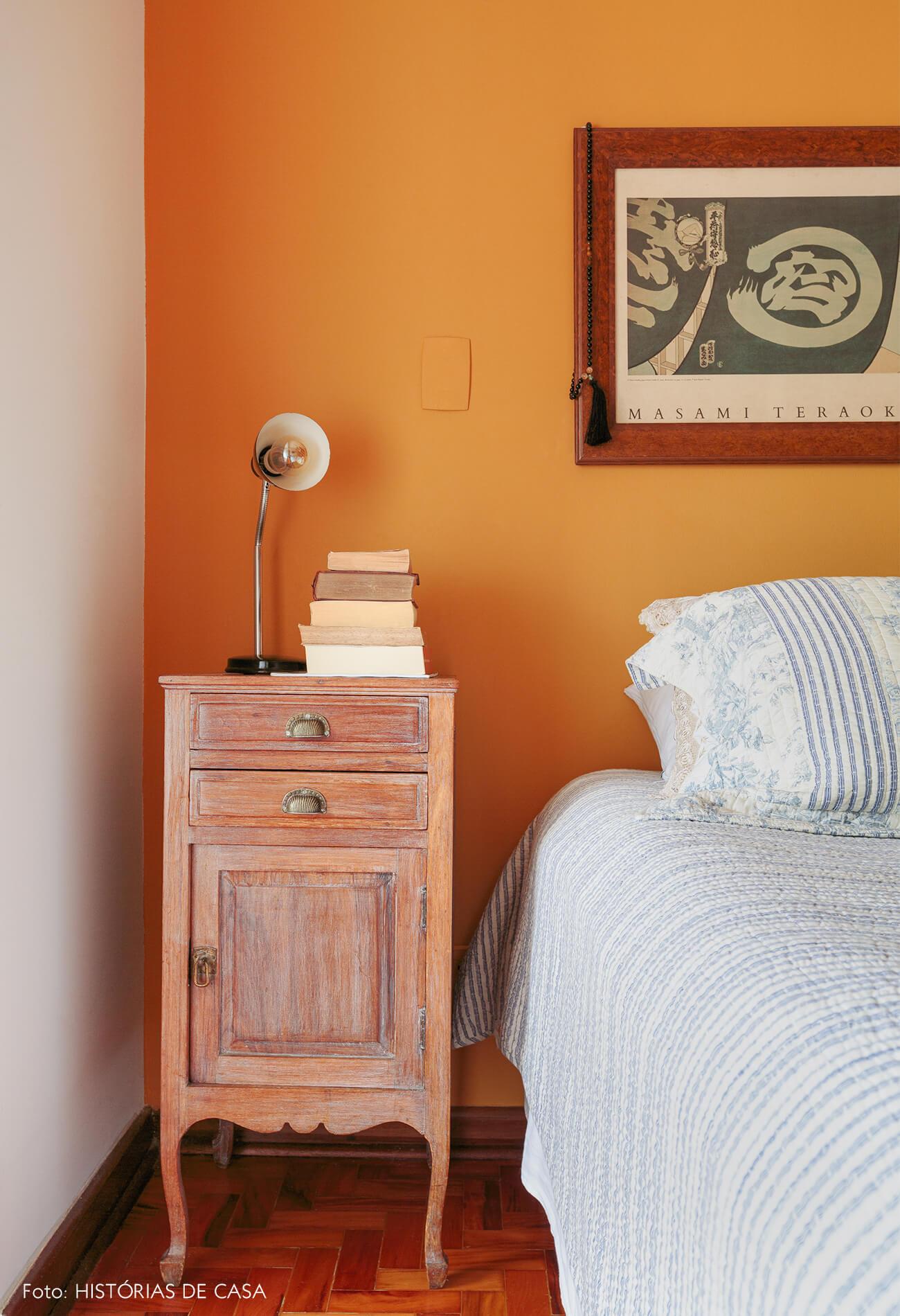decoração quarto com parede amarela e mesa de madeira