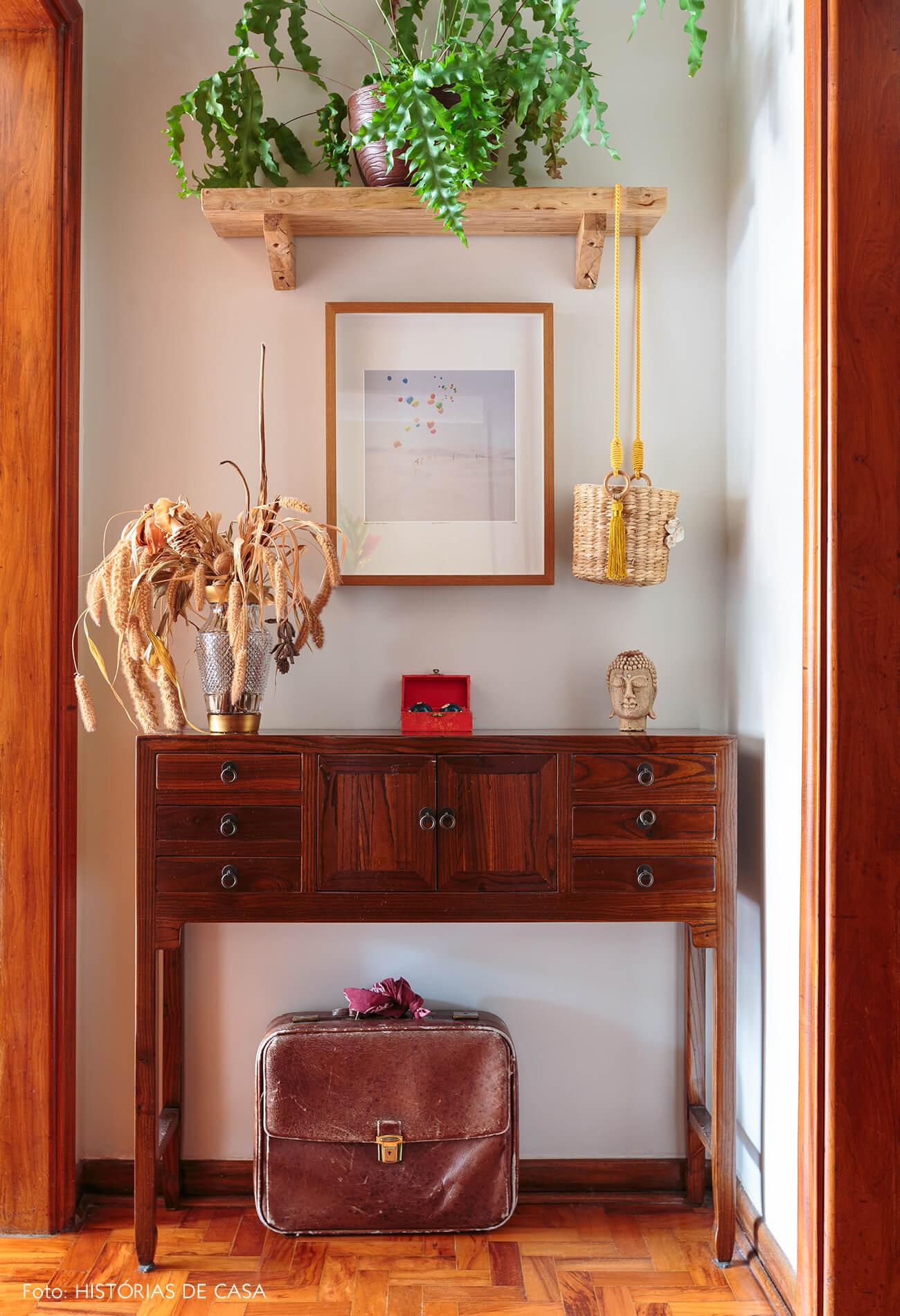 decoração corredor com aparador de madera e cesto de palha