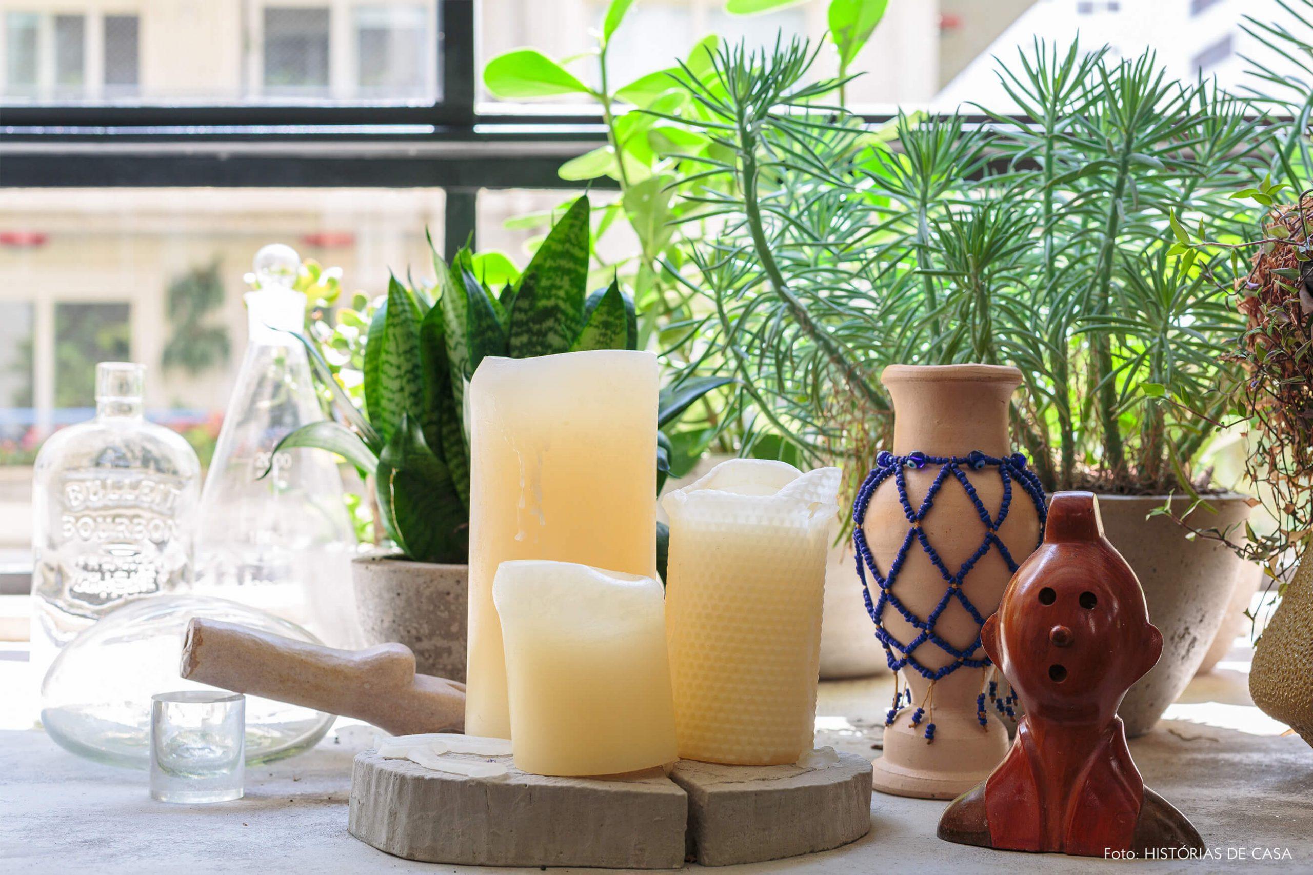 decoração ap detalhes de vidrarias e objetos em banco de concreto