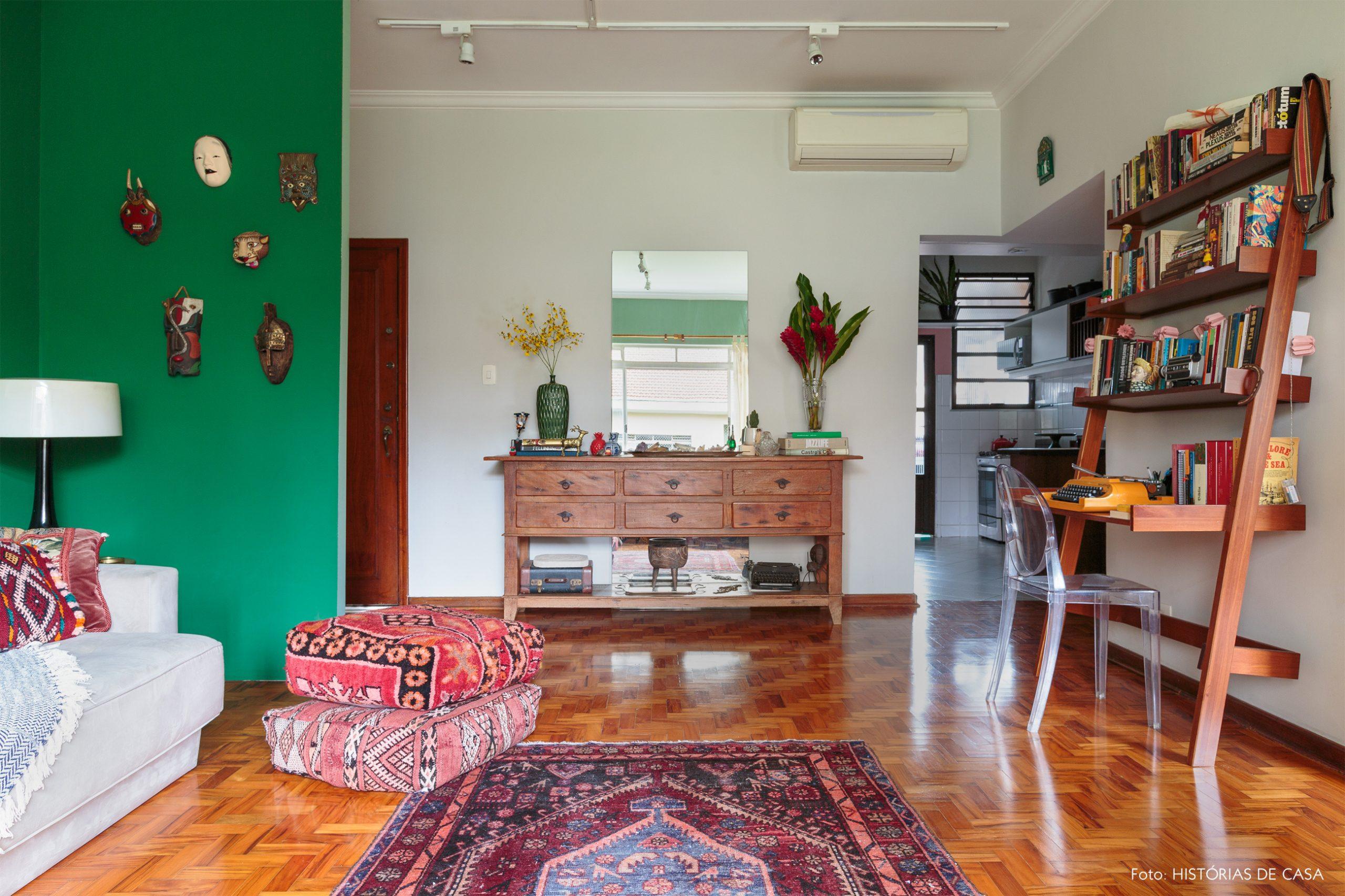 decoração sala com parede verde e pufes coloridos