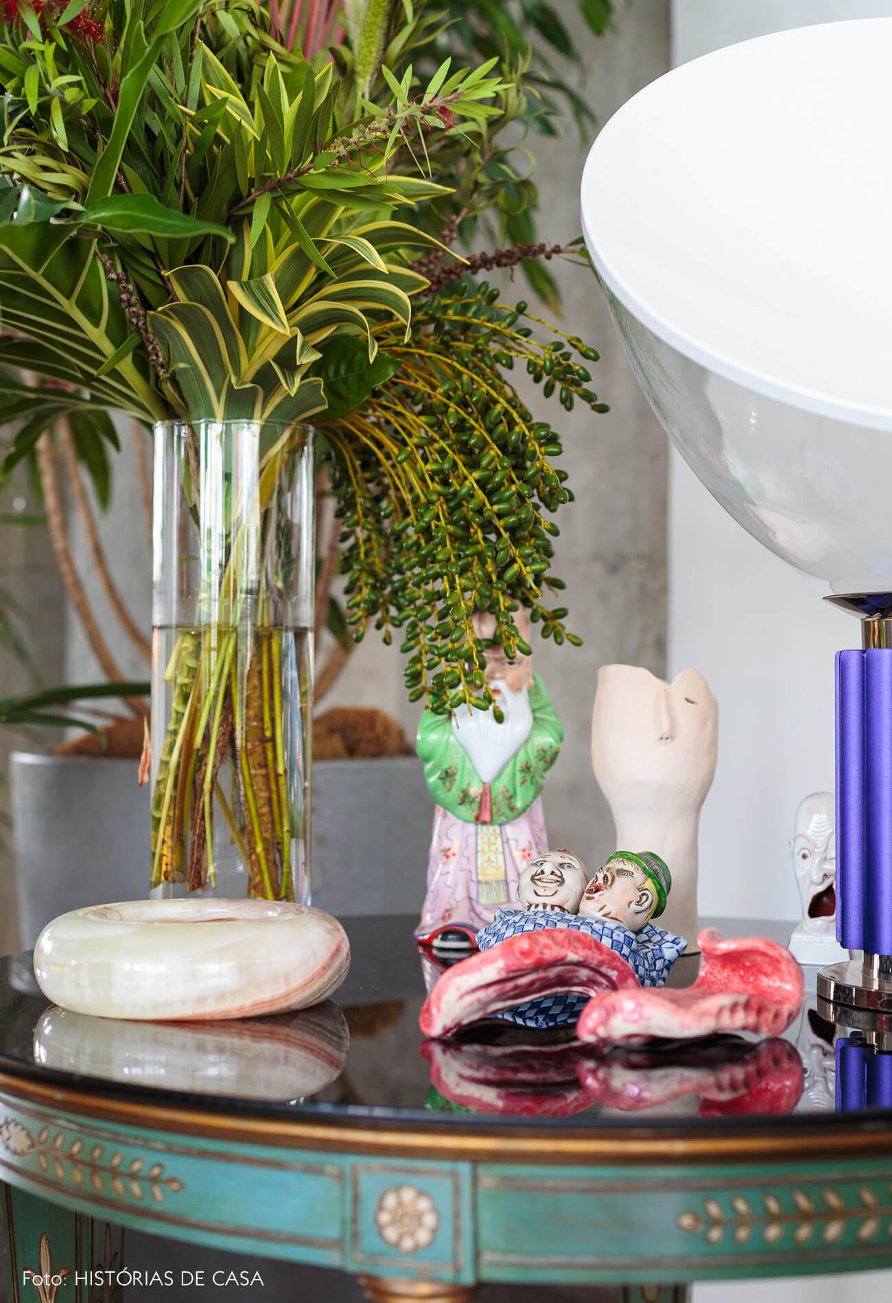 decoração ap sala objetos em mesa azul