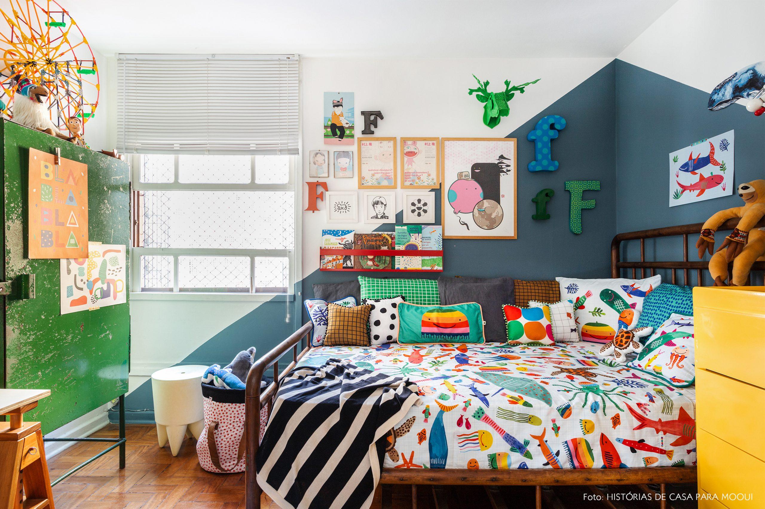 Quarto de criança com parede pintada na diagonal