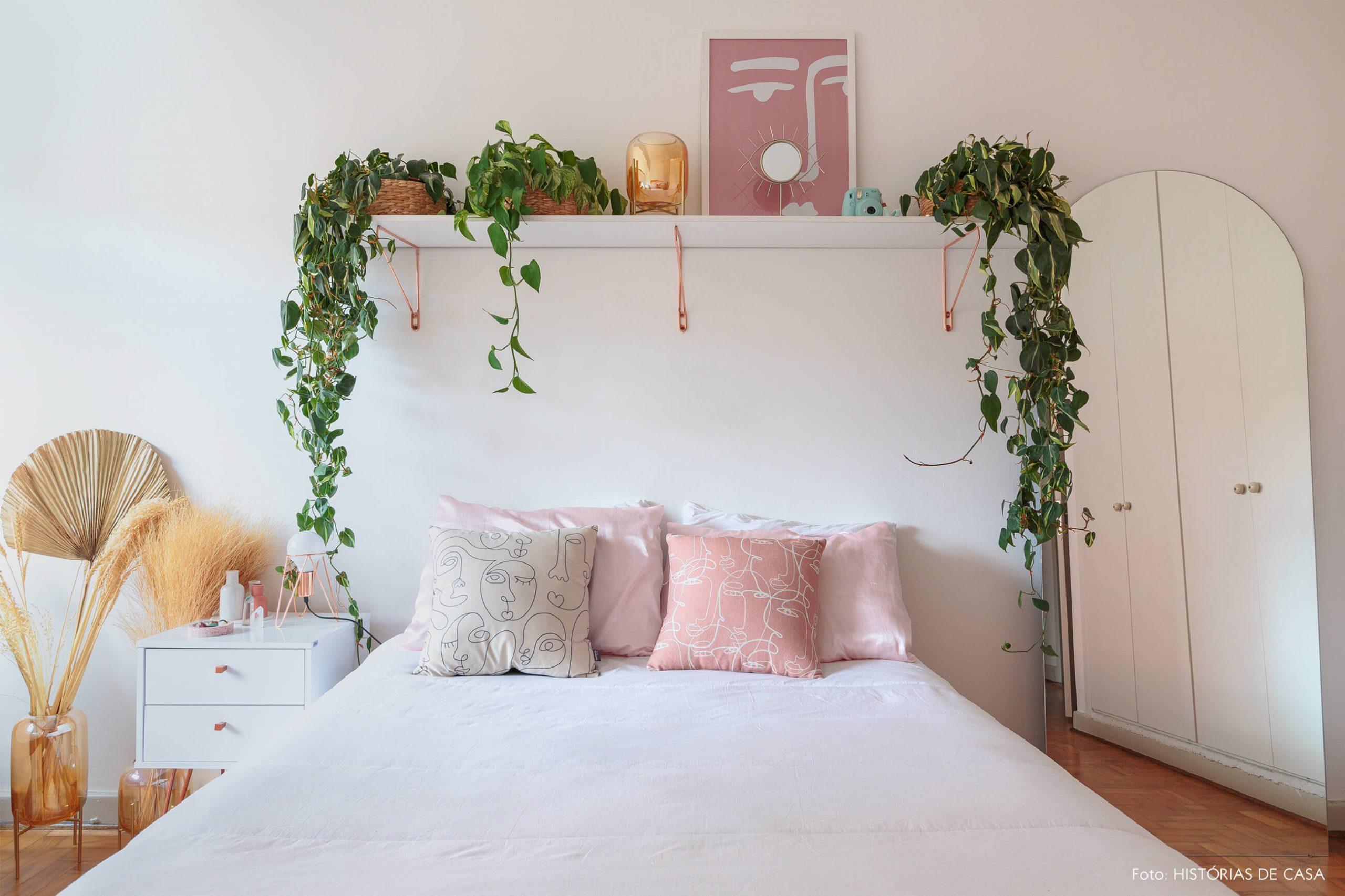 decoração ape alugado quarto com plantas, mesa de cabeceira branca