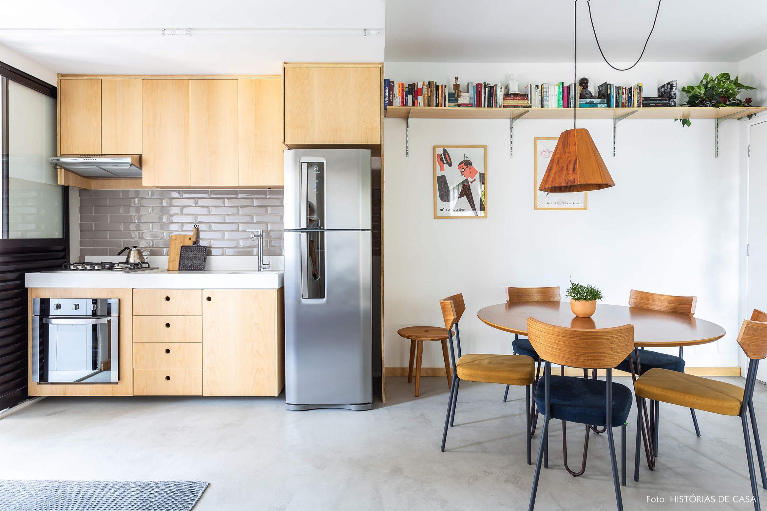 decoração sala jantar e cozinha com armarios de madeira