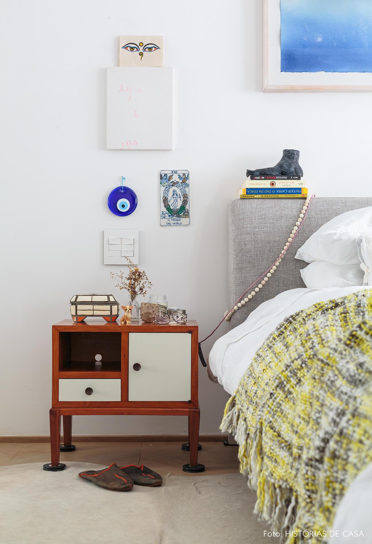 decoração ap quarto com mesa lateral de madeira e cabeceira de tecido