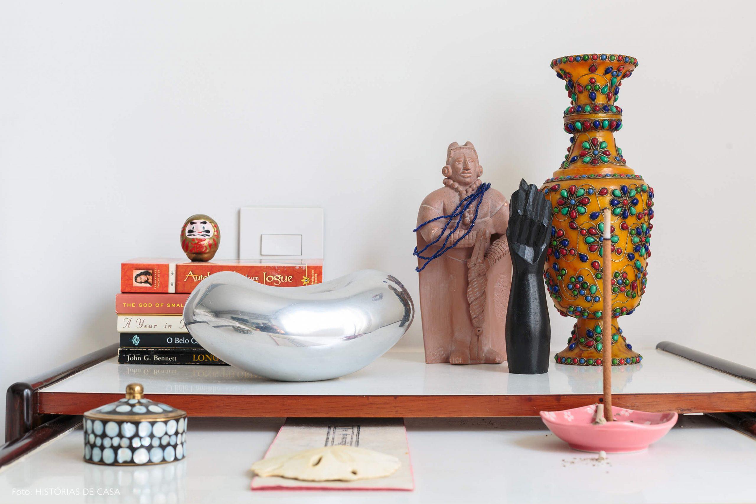 decoração ap objetos altar em mesa de madeira