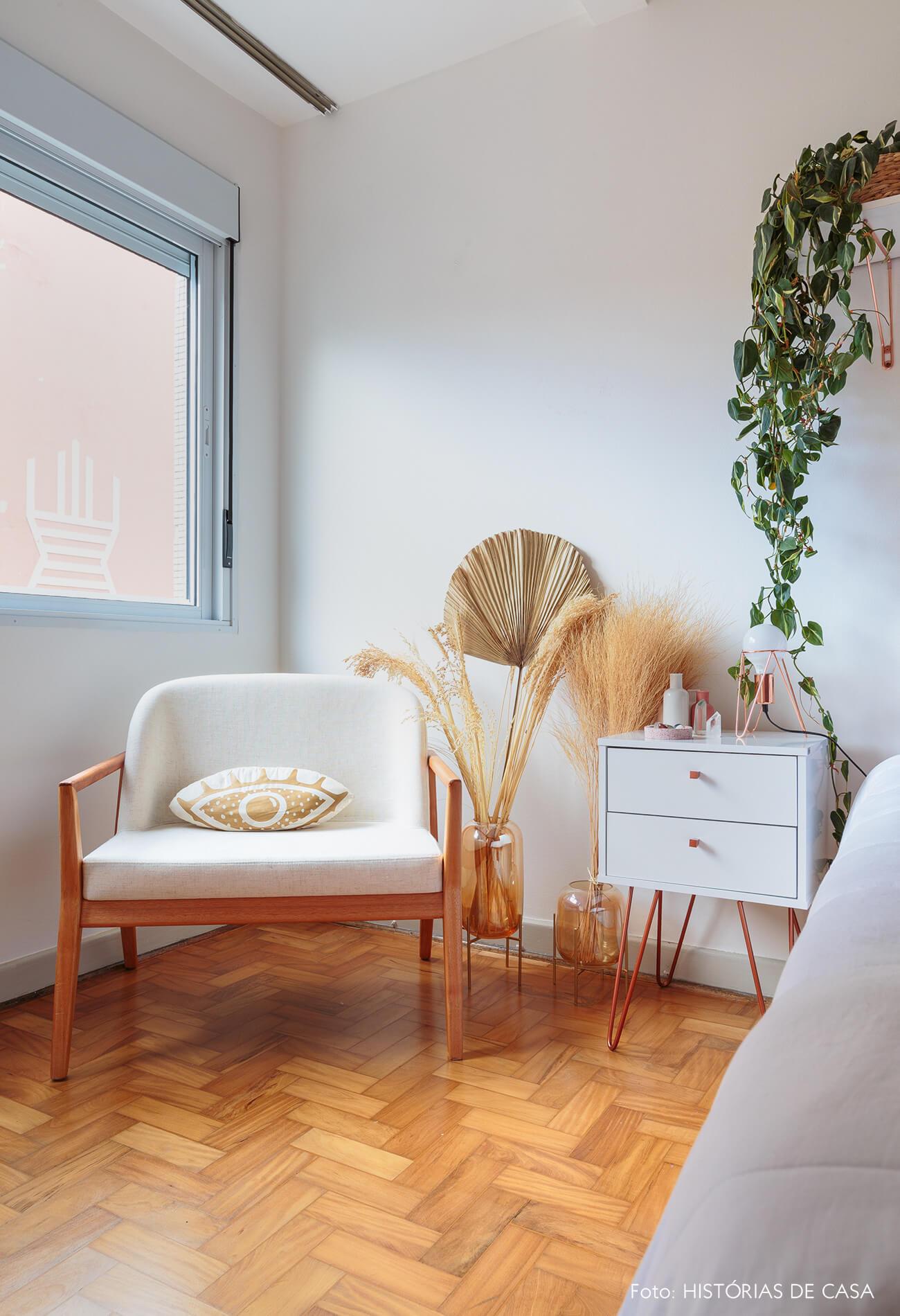 decoração ape alugado quarto com poltrona, plantas e mesa branca