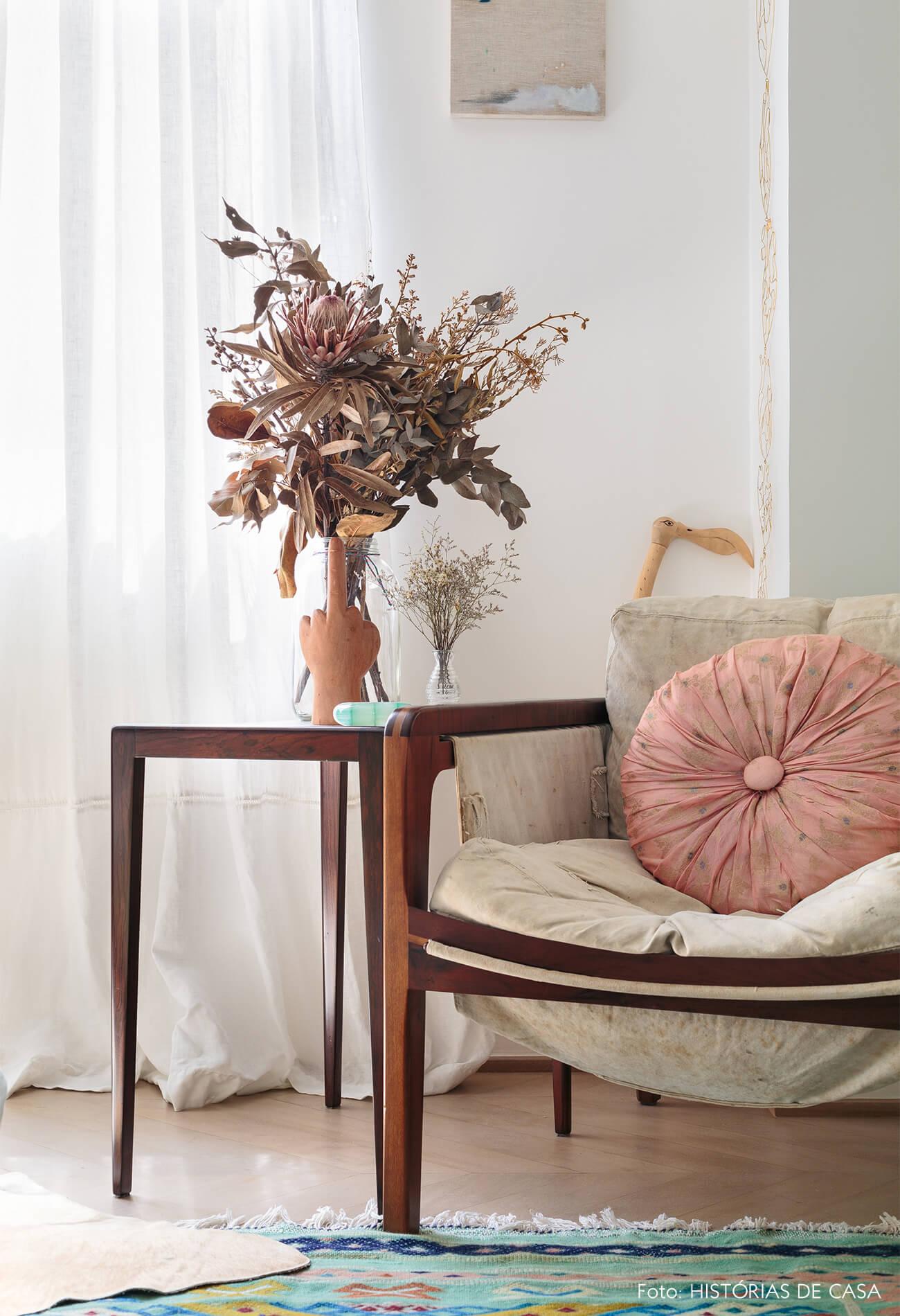 decoração ap quarto com poltrona de madeira