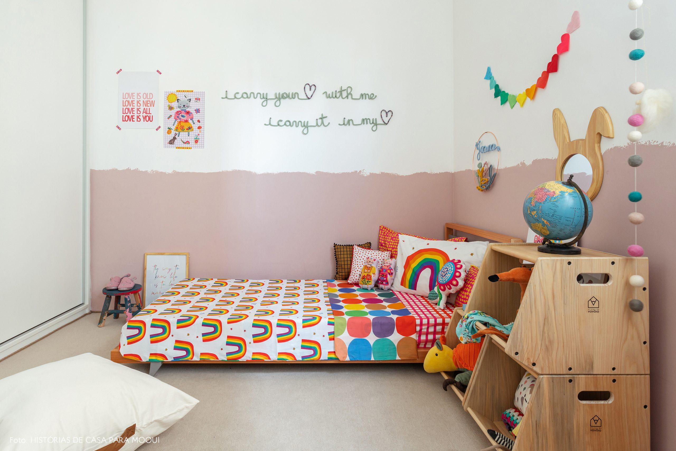 Quarto de menina com meia parede pintada de rosa