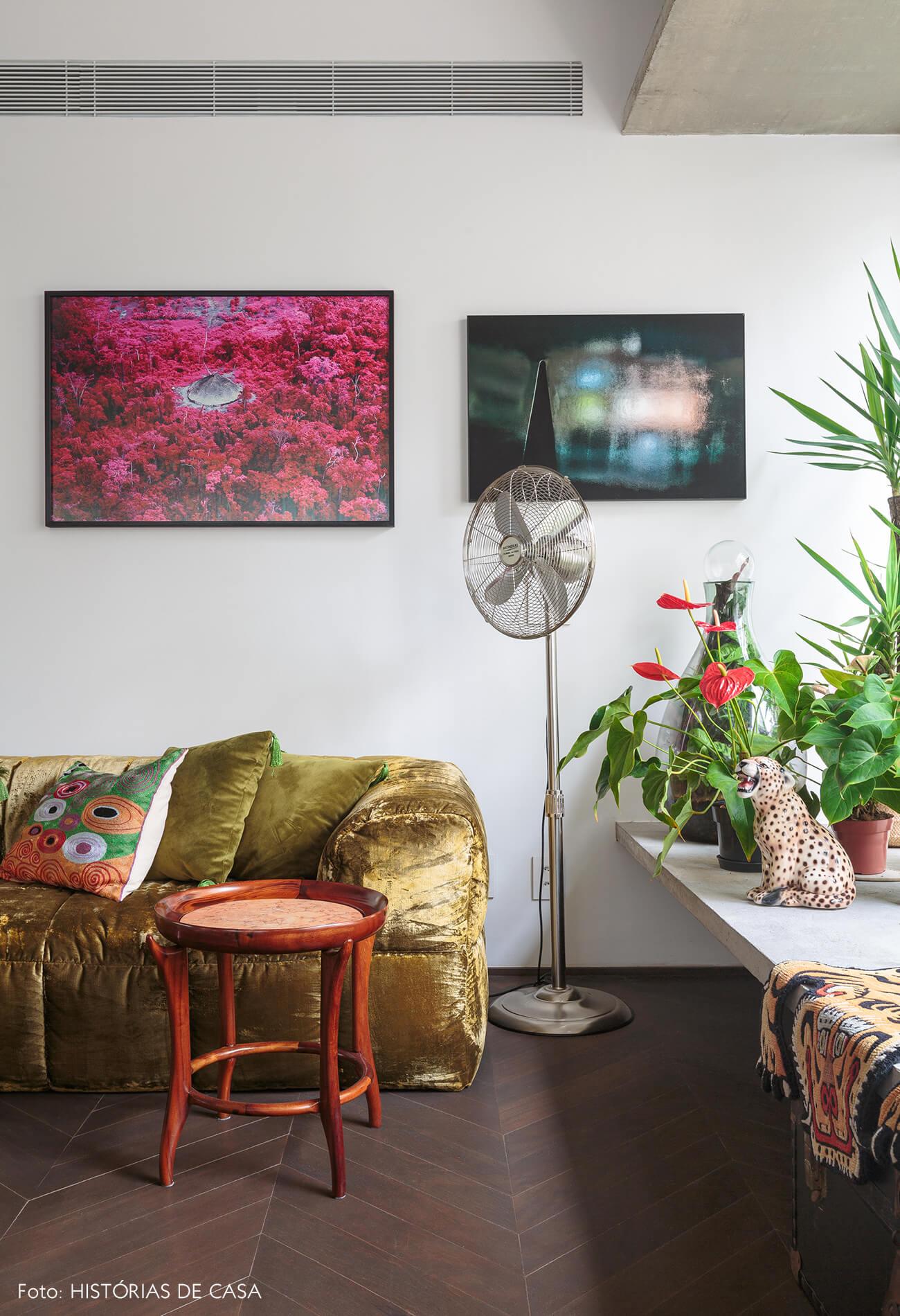 decoração ap sala com sofá verde de veludo e plantas em banco de concreto