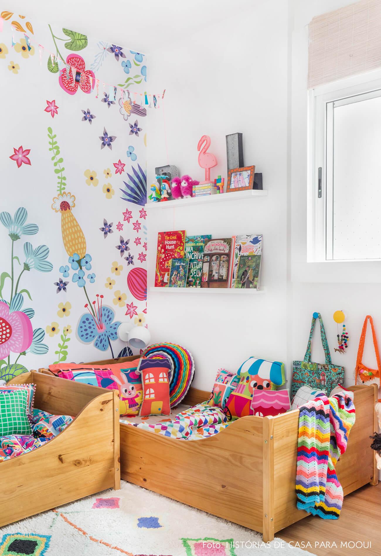 Quarto de criança com papel de parede floral