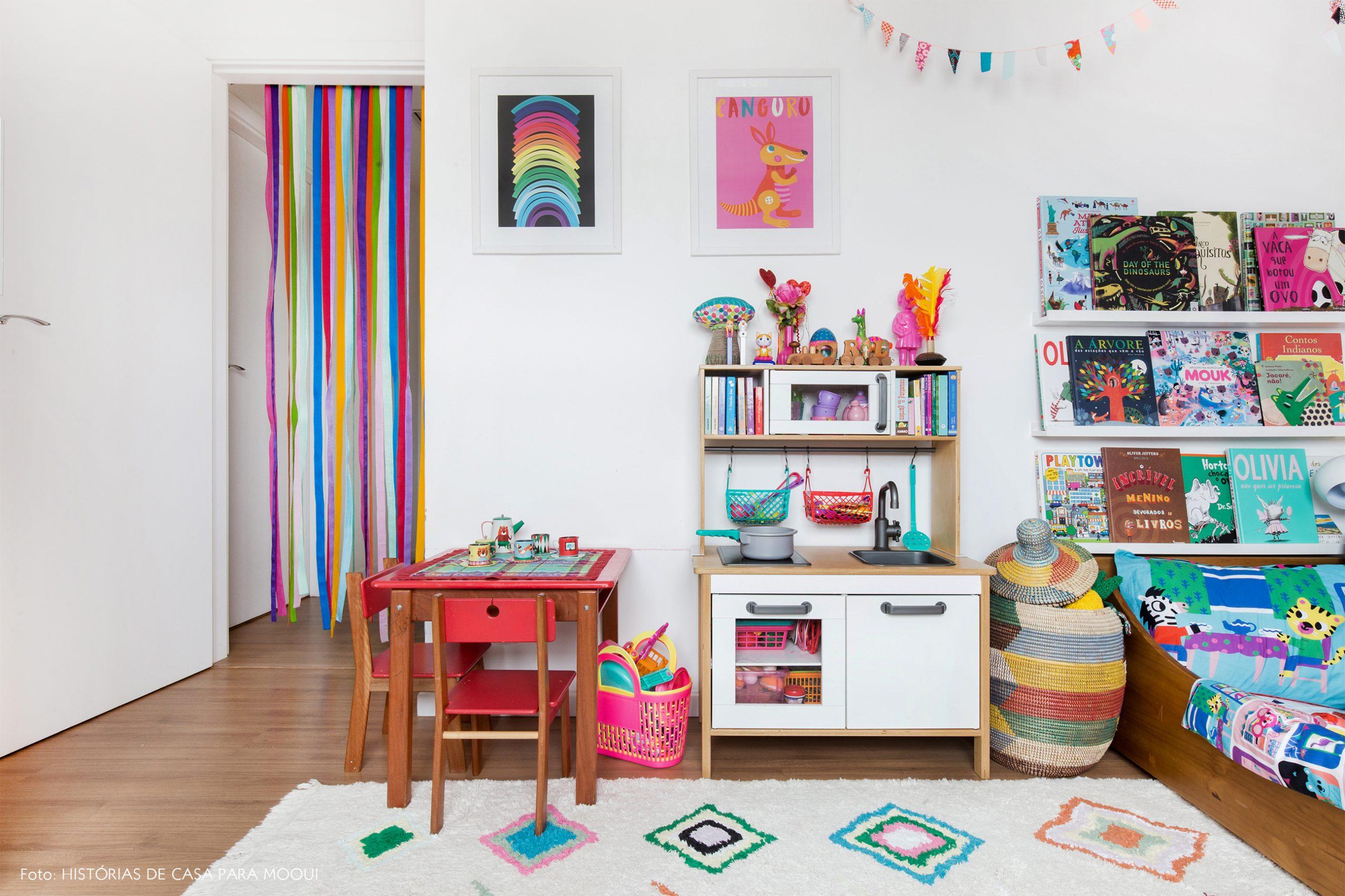Quarto de criança colorido com mini cozinha