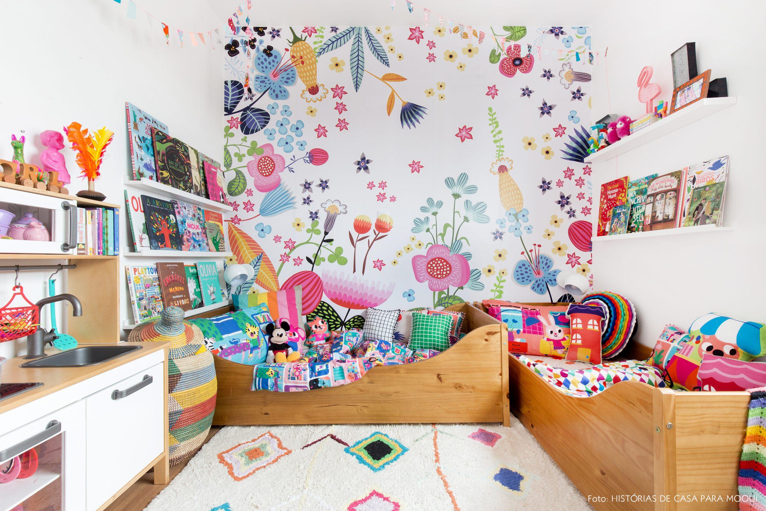 Quarto de criança com papel de parede estampado