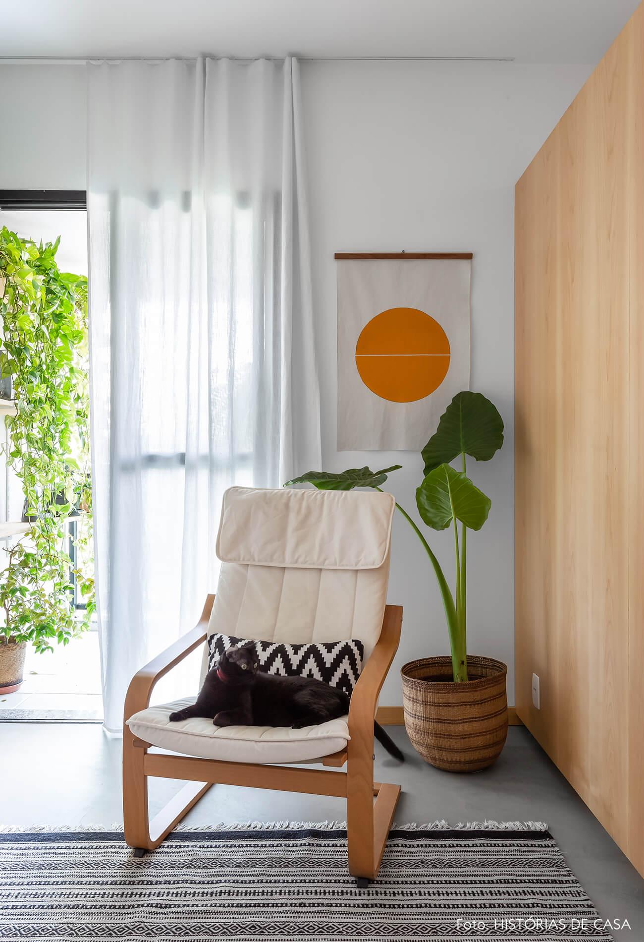 decoração sala com poltrona branca e tela com pintura geométrica