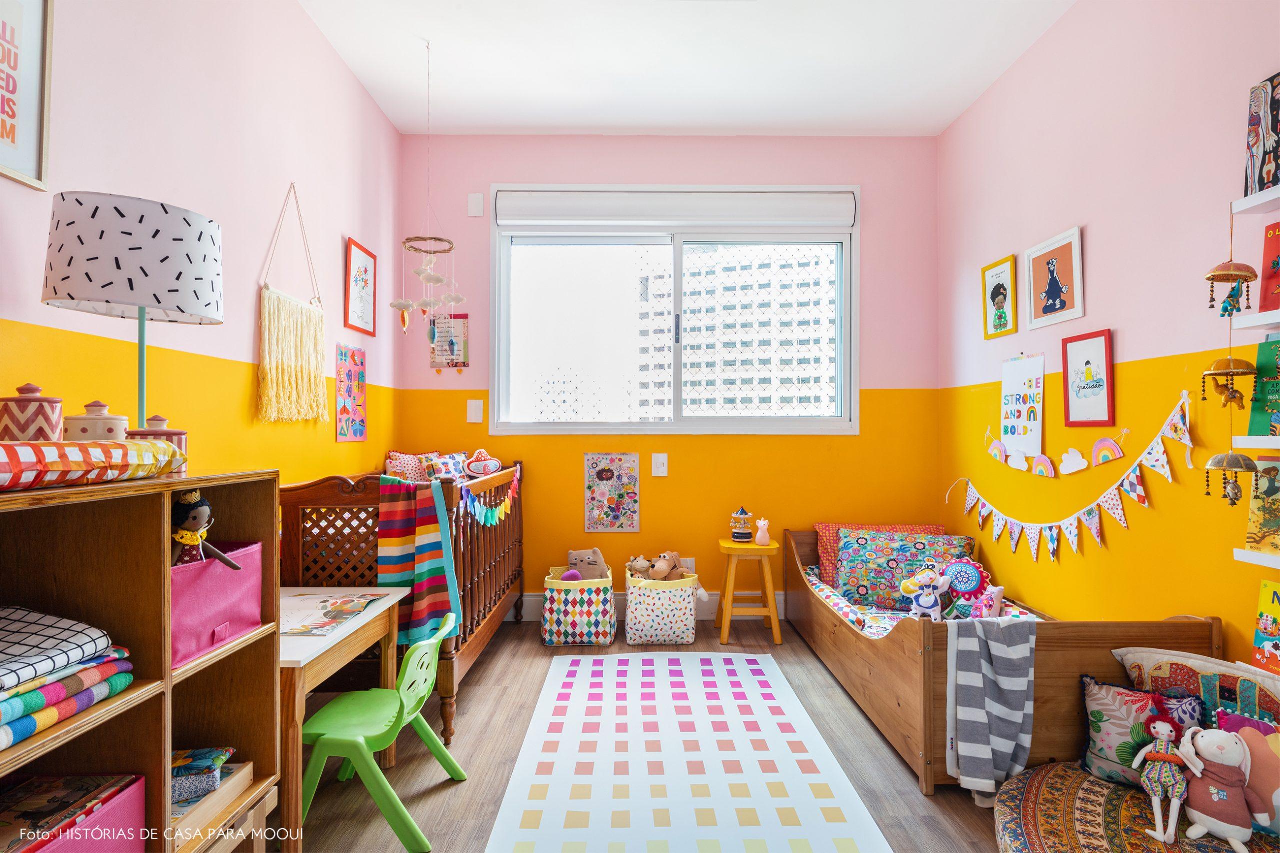 Quarto de criança com paredes coloridas e tapete vinílico