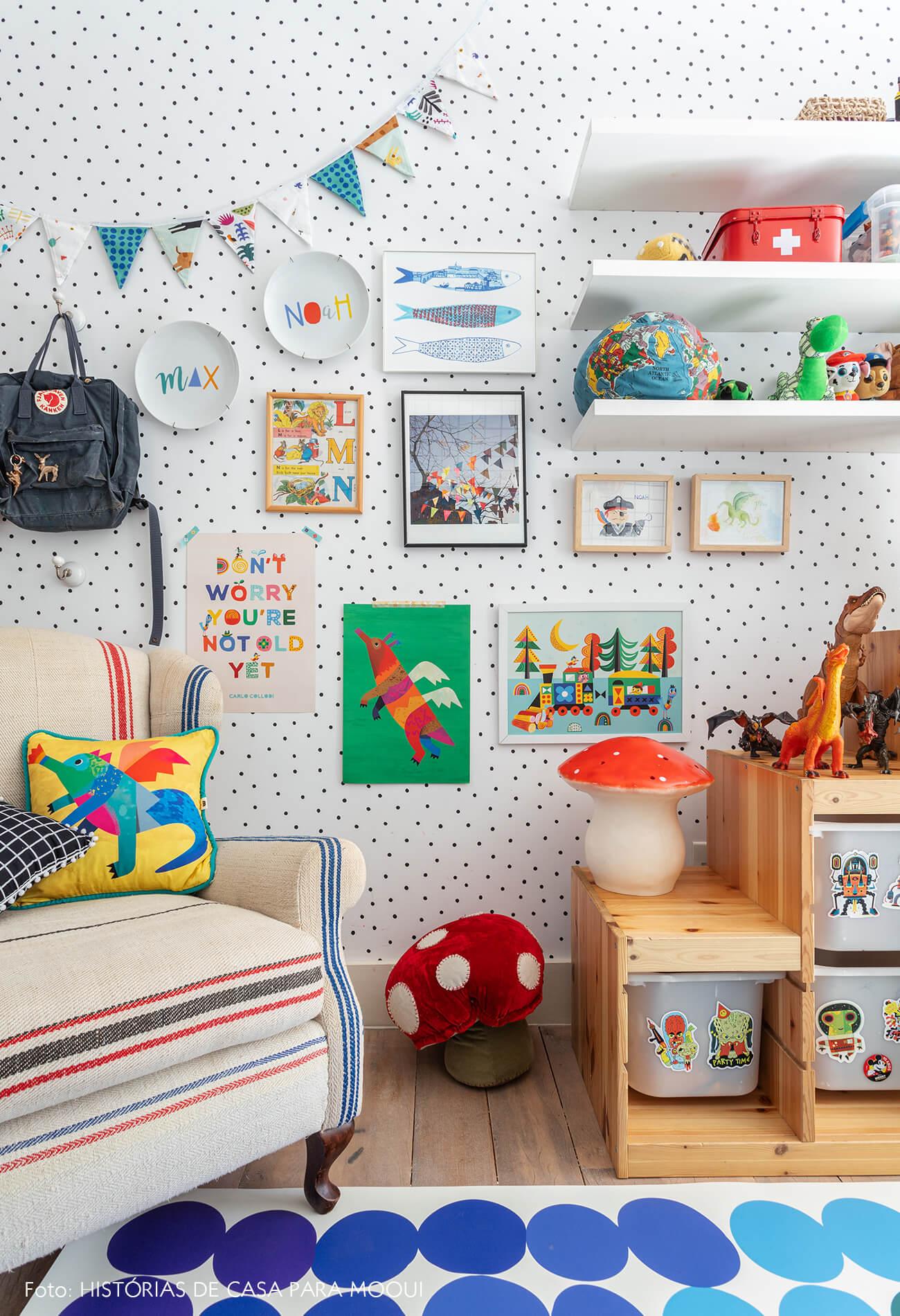 Quarto de criança com parede de quadros e desenhos