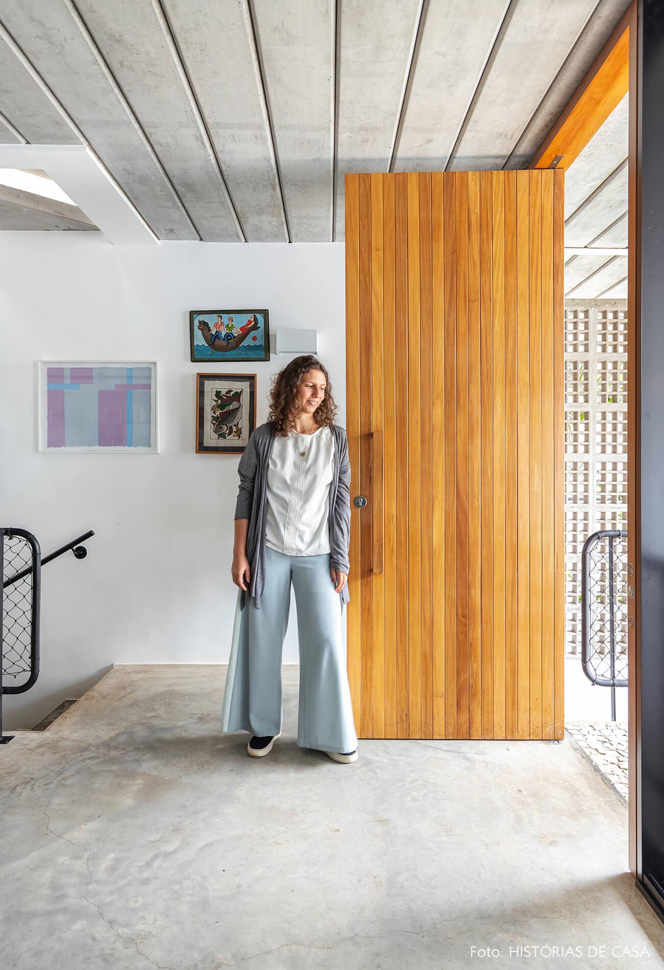 decoração casa reatrto em sala com porta de madeira