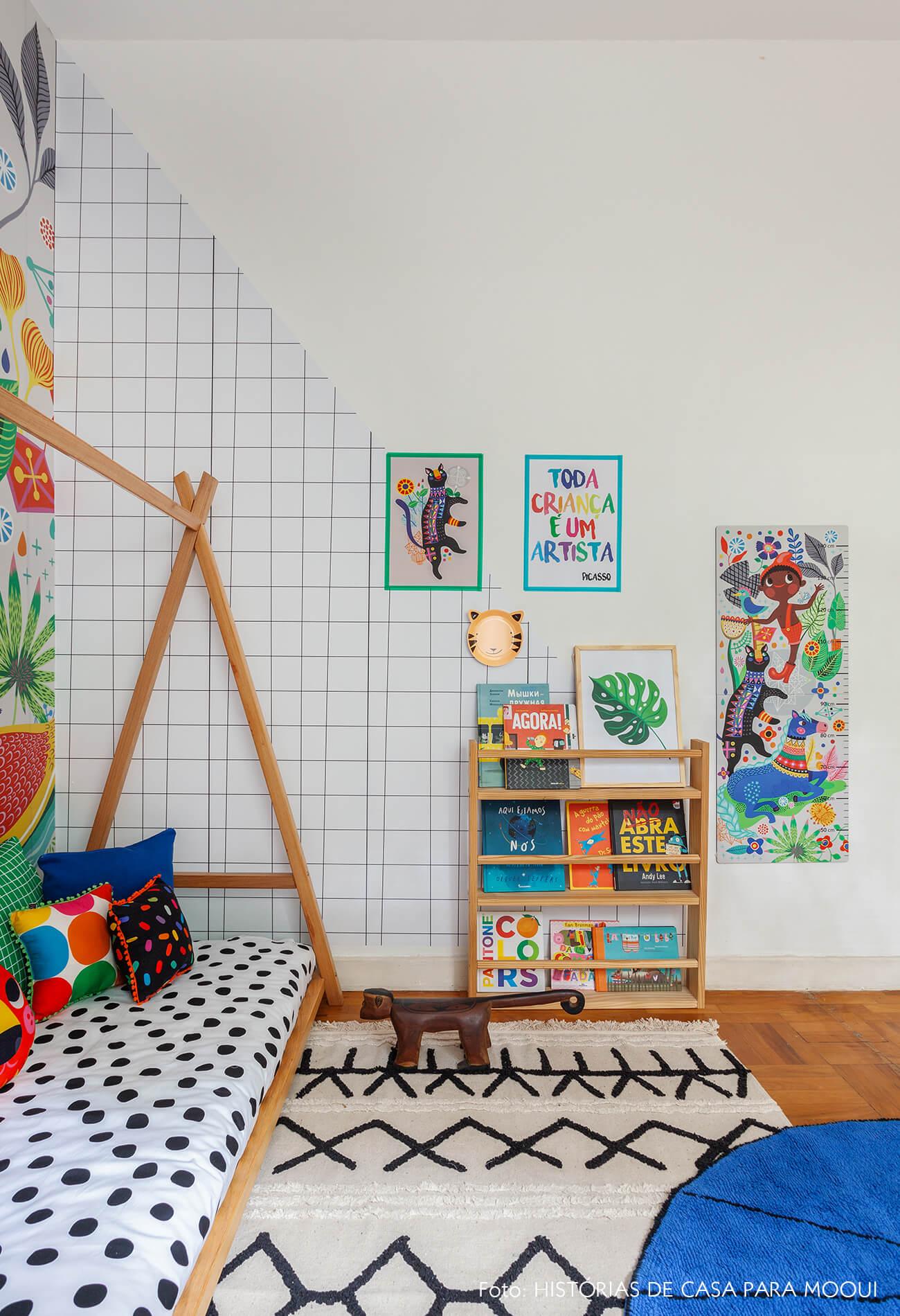 Quarto de criança com papel de parede na diagonal