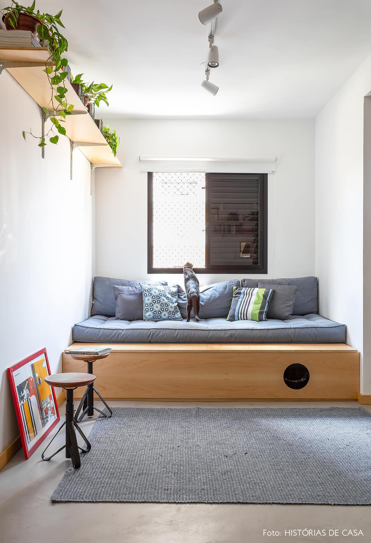 decoração sala com prateleiras e sofá de madeira clara