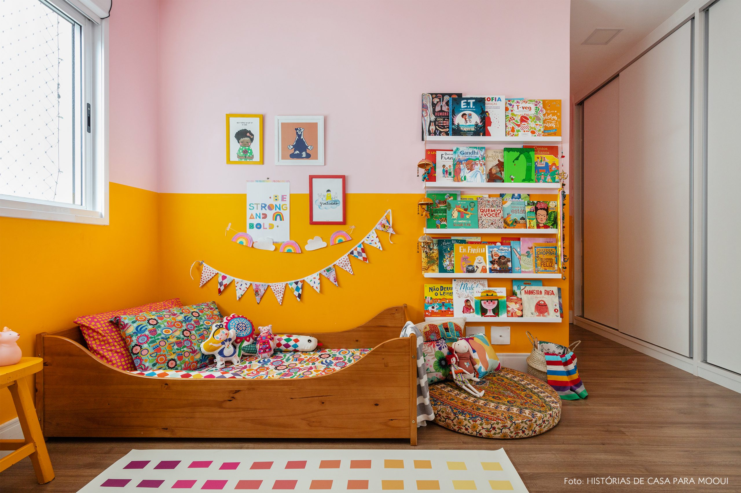 Quarto de menina com paredes coloridas e muitos livros