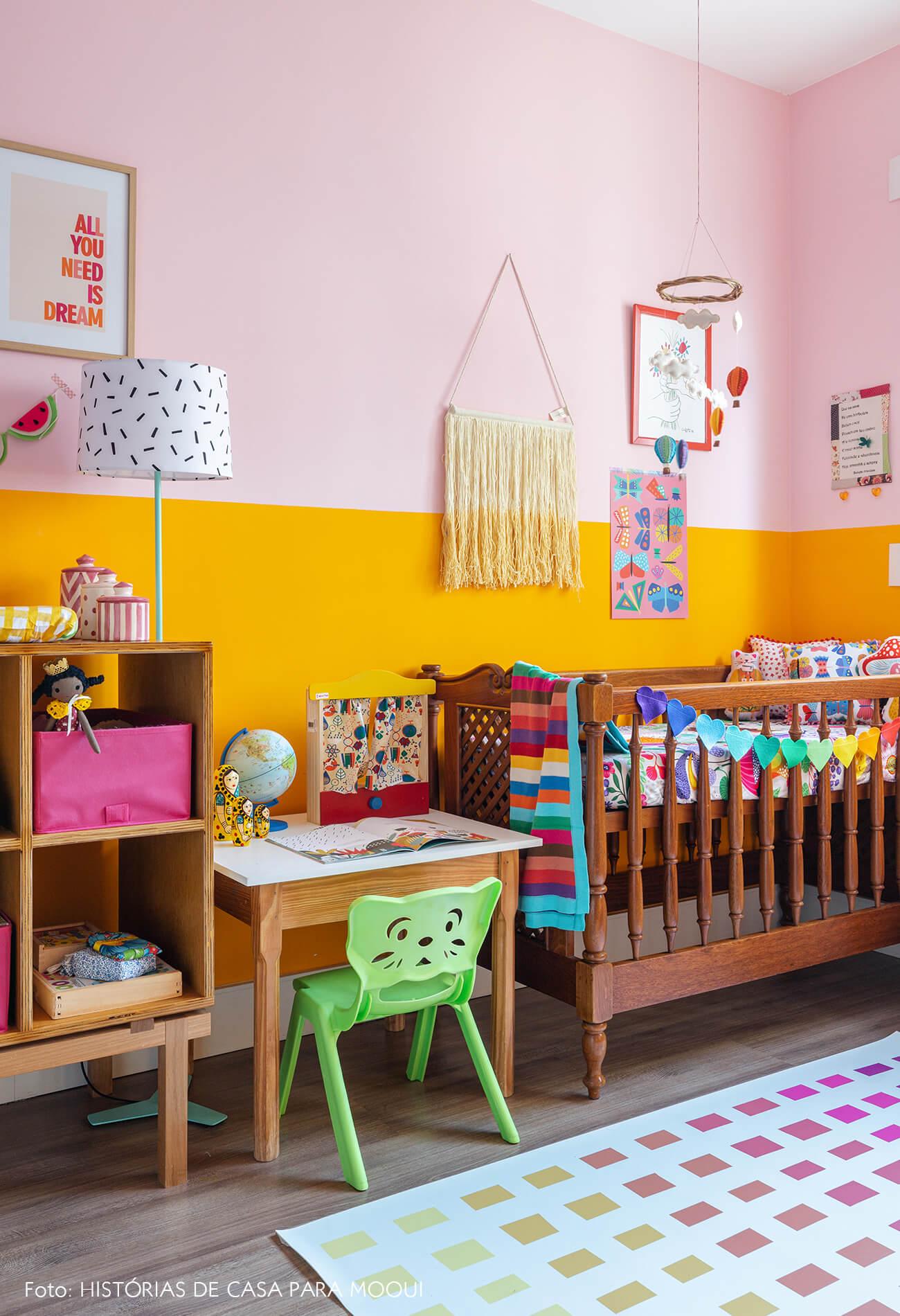 Quarto de criança com parede bicolor