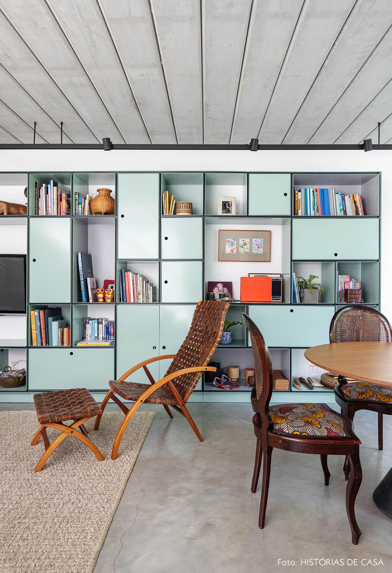 decoração casa sala poltrona de madeira e estante de metal verde
