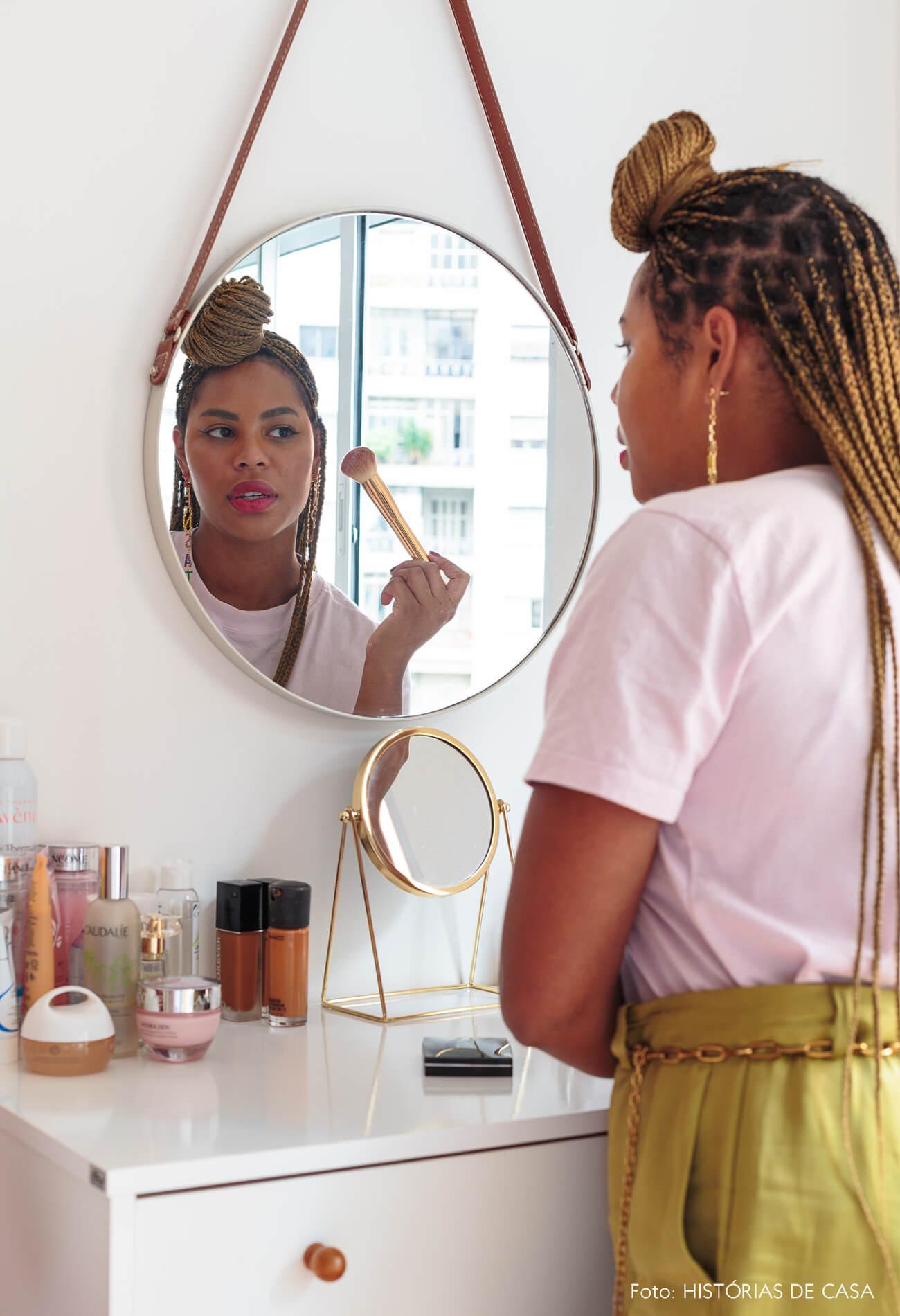 decoração ape alugado retrato em quarto com espelho redondo e comoda branca