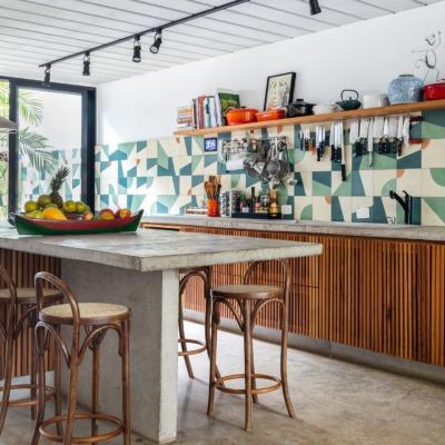 decoração casa cozinha com azulejos coloridos, bancada de concreto e cadeira thonet