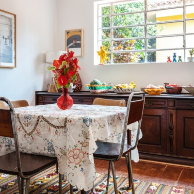 decoração sala jantar com cadeiras de ferro e madeira e tapete estampada