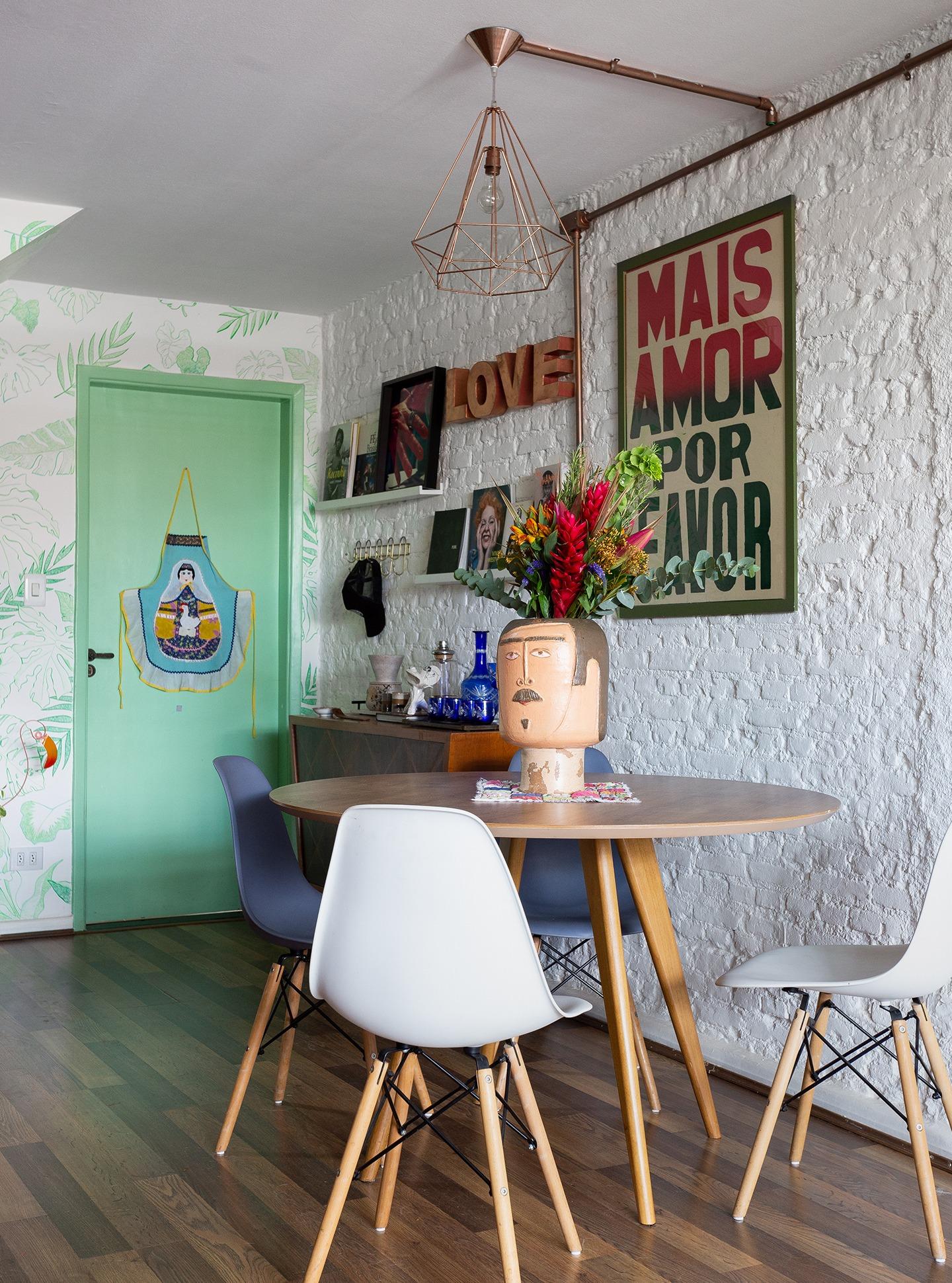 casa decoração sala jantar cadeira eames parede tijolinhos branco